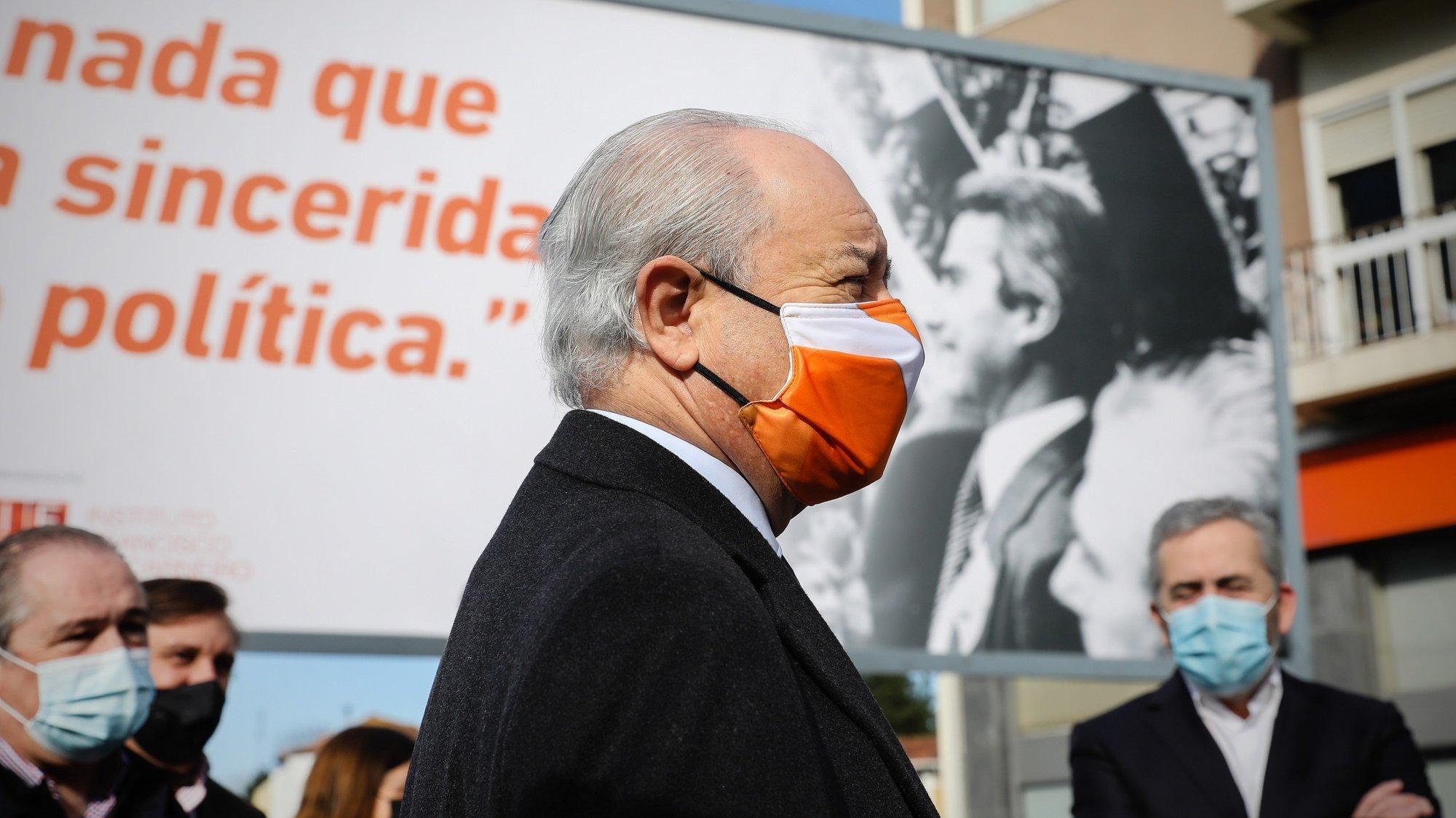 O presidente do Partido Social Democrata (PSD), Rui Rio (C), marca presença na inauguração da campanha de cartazes que evocam os 40 anos da morte de Francisco Sá Carneiro, no cruzamento da avenida da Boavista com a avenida Dr. Antunes Guimarães, no Porto, 27 de novembro de 2020. JOSÉ COELHO/LUSA