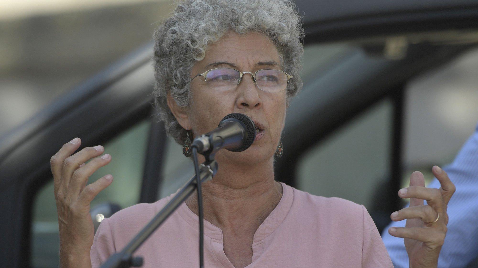 A secretária-geral da CGTP-IN, Isabel Camarinha, discursa apara os trabalhadores da Sociedade de Transportes Coletivos do Porto (STCP) que se encontram em greve e que se manifestam junto à Câmara Municipal do Porto, numa iniciativa convocada pelo Sindicato dos Trabalhadores de Transportes Rodoviários e Urbanos do Norte (STRUN) para exigir aumento de salários. Porto, 26 de agosto de 2021. FERNANDO VELUDO / LUSA
