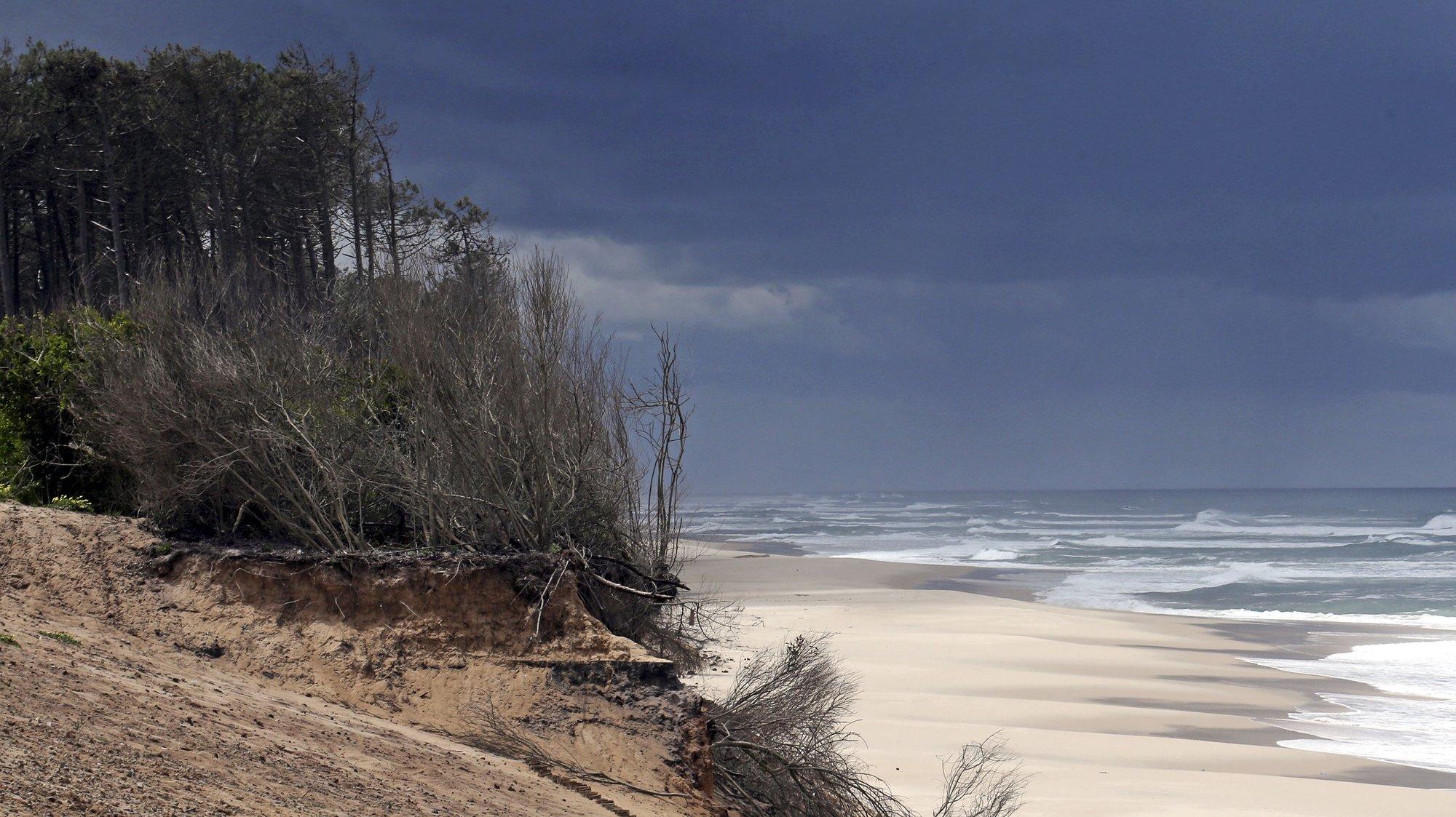 """A praia do Furadouro perdeu comprimento de 2002 até hoje, Ovar, 22 de maio de 2014.  O avanço do mar em fevereiro provocou estragos ao longo de toda a costa de Ovar, mas o problema vem-se agravando há cinco anos, já que """"a praia começou a perder de tal maneira o areal que hoje está irreconhecível"""". (ACOMPANHA TEXTO) JOSÉ COELHO/LUSA"""