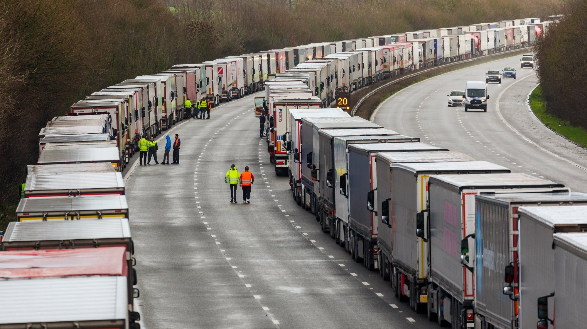 epa08901082 Queues of stationary lorries on the M20 motorway between Ashford and Folkestone in Kent, Britain, 23 December 2020. France closed its border with the UK for 48 hours over concerns about the new coronavirus variant. Lorry drivers must now obtain negative coronavirus tests before they will be allowed to cross by sea and the Port of Dover remains closed to outbound traffic on the morning of 23 December 2020.  EPA/VICKIE FLORES