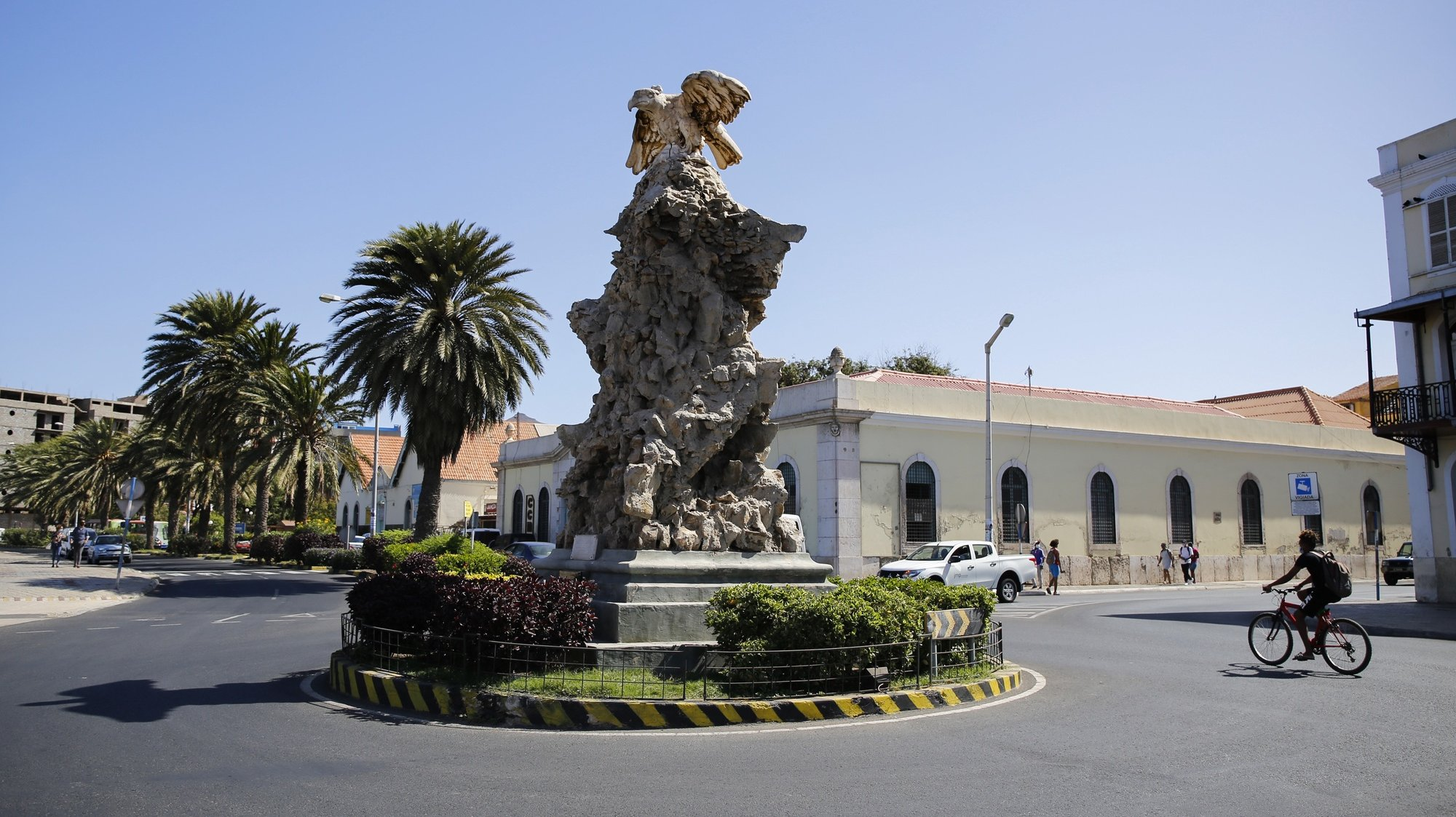 """Obelisco com o nome de Gago Coutinho, o qual ficou conhecido como """"O Pássaro"""", no Mindelo, ilha de São Vicente, Cabo Verde, 12 de abril de 2021. O hidroavião """"Lusitânia"""", de Gago Coutinho e Sacadura Cabral, fez história em abril de 1922 ao ligar o Atlântico, mas a passagem dos """"aviadores"""" por São Vicente permanece na memória daquela ilha cabo-verdiana, que prepara as comemorações do centenário. (ACOMPANHA TEXTO DA LUSA DO DIA 25 DE ABRIL DE 2021). FERNANDO DE PINA/LUSA"""