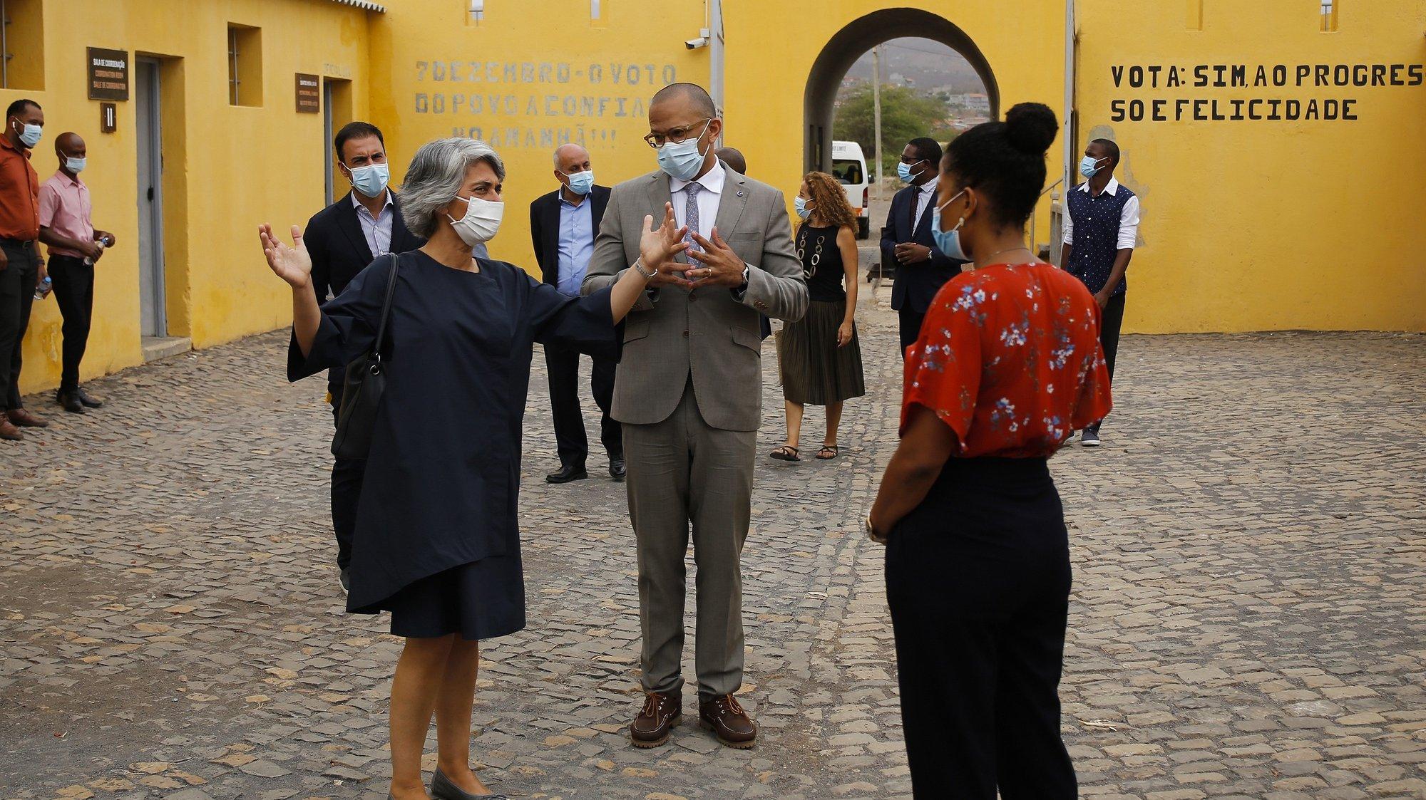 A ministra da Cultura de Portugal, Graça Fonseca (E) e o ministro da Cultura e das Indústrias Criativas de Cabo Verde, Abraão Vicente (C), durante a visita ao Museu do Tarrafal e Assinatura do Memorando de Entendimento bilateral para cooperação técnica na candidatura cabo-verdiana à UNESCO, Museu do Tarrafal, em Cabo Verde, 06 de julho de 2021. FERNANDO DE PINA / LUSA