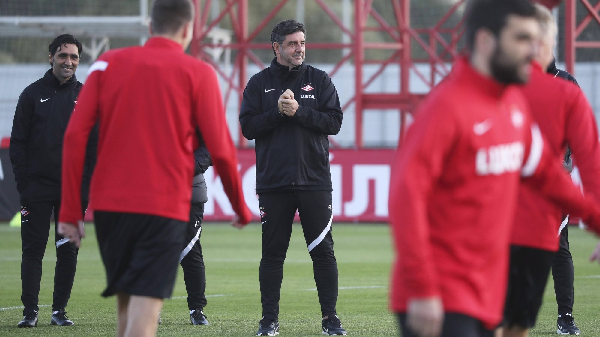 epa09467785 Head coach of Spartak Moscow, Rui Vitoria (C), leads a training session in Moscow, Russia, 14 September 2021. Spartak Moscow will face Legia Warsaw in their UEFA Europa League group C soccer match on 15 September 2021.  EPA/MAXIM SHIPENKOV