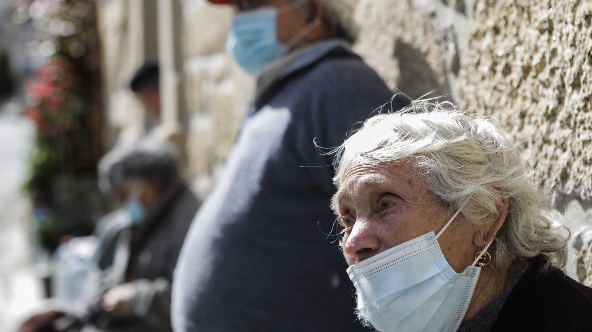 """Briolanja, habitante da aldeia de Matela, já foi vacinada contra a covid-19 no Centro de Saúde de Fornos de Algodres, 12 de março de 2021. Idosos residentes em Penalva do Castelo, distrito de Viseu, e Fornos de Algodres, distrito da Guarda, encaram a vacinação como forma de combater a """"guerra"""" que o mundo trava contra a covid-19. (ACOMPANHA TEXTO DA LUSA DO DIA 27 DE MARÇO DE 2021). MIGUEL PEREIRA DA SILVA/LUSA"""