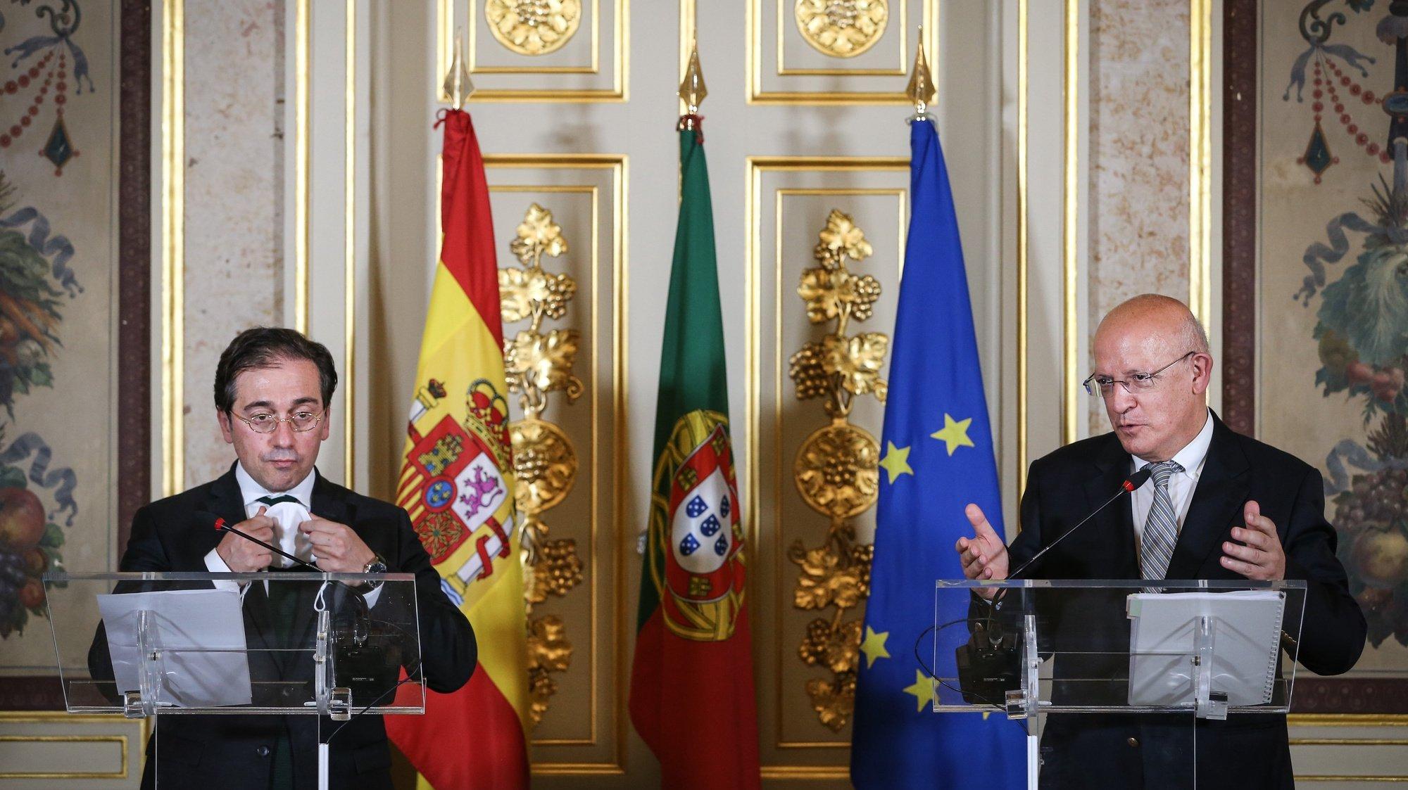 O ministro de Estado e dos Negócios Estrangeiros, Augusto Santos Silva (D), acompanhado pelo seu homólogo de Espanha, José Manuel Albares (E), intervém numa conferencia de imprensa após uma reunião de trabalho onde foram abordados tópicos das relações bilaterais, nomeadamente o início da preparação da próxima Cimeira Luso-Espanhola, bem como a coordenação em matéria de Covid-19, a recuperação económica europeia e temas da agenda internacional, como a situação na Venezuela, em Moçambique ou no Sahel, em Lisboa, 04 de agosto de 2021.  RODRIGO ANTUNES/LUSA