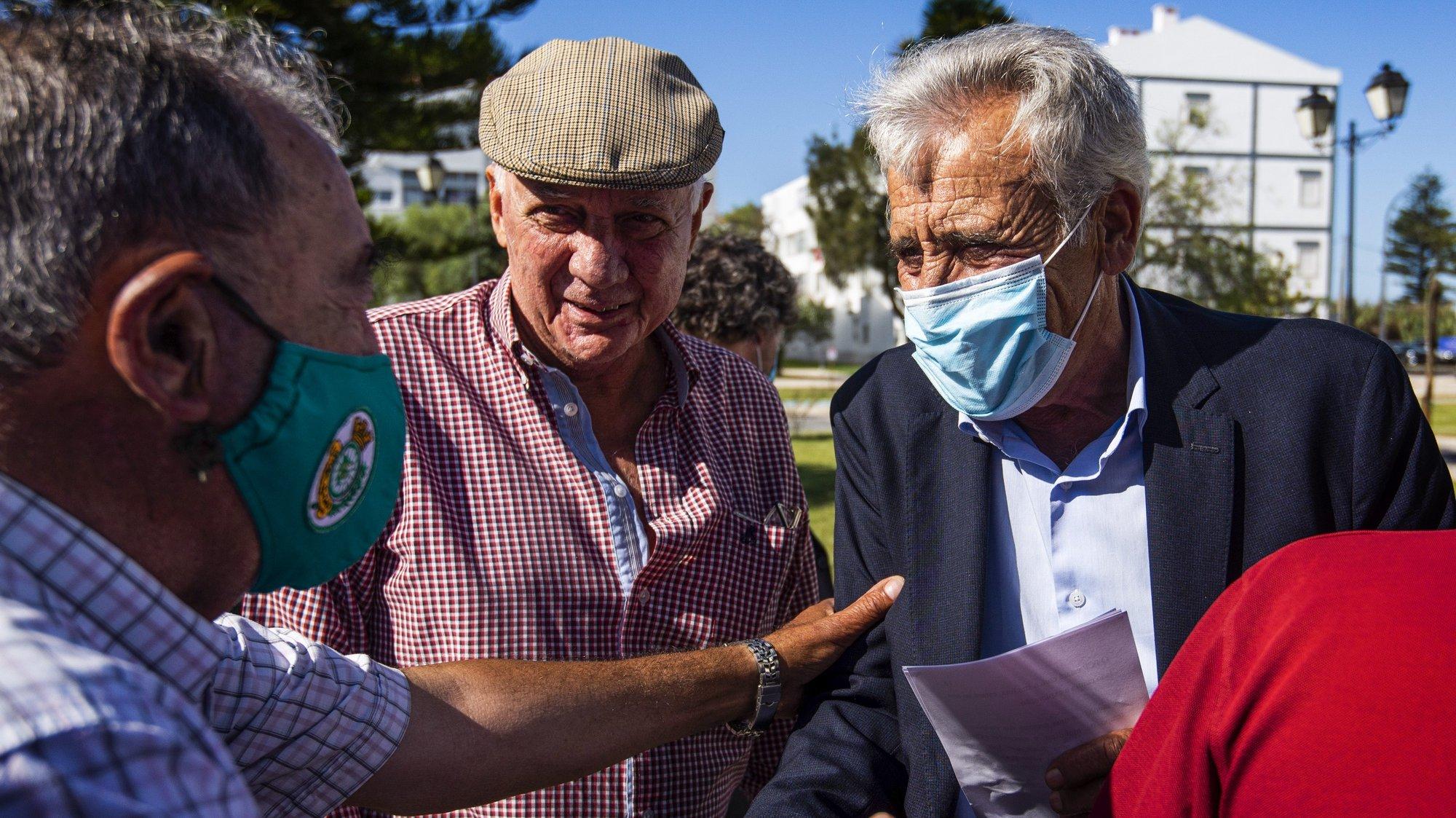 O secretário-geral do Partido Comunista Português (PCP), Jerónimo de Sousa (D), durante uma ação de campanha no Jardim das Descobertas, em Sines, 20 de setembro de 2021. No próximo dia 26 de setembro mais de 9,3 milhões eleitores podem votar nas eleições Autárquicas, para eleger os seus representantes locais. TIAGO CANHOTO/LUSA