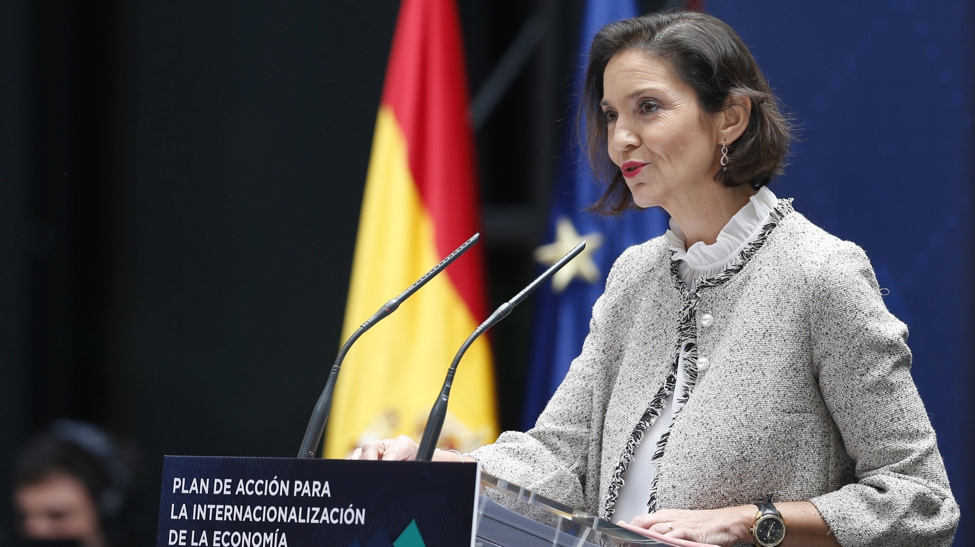 epa09228777 Spain's Industry, Commerce and Tourism Minister Reyes Maroto delivers a speech during the presentation of the Action Plan for the Internationalization of the Spanish Economy 2021-2022 at ICEX (Spanish Institute for Foreign Trade) headquarters in Madrid, central Spain, 26 May 2021. Spain will prioritize investment in Latin America in its new plan for the internationalization of the economy, endowed with more than 4.5 billion euros, seeking to promote the foreign sector as an engine of economic growth and a generator of employment. Spain places Latin America, and in particular Argentina, as a priority region for projects and investments.  EPA/Javier Lizon