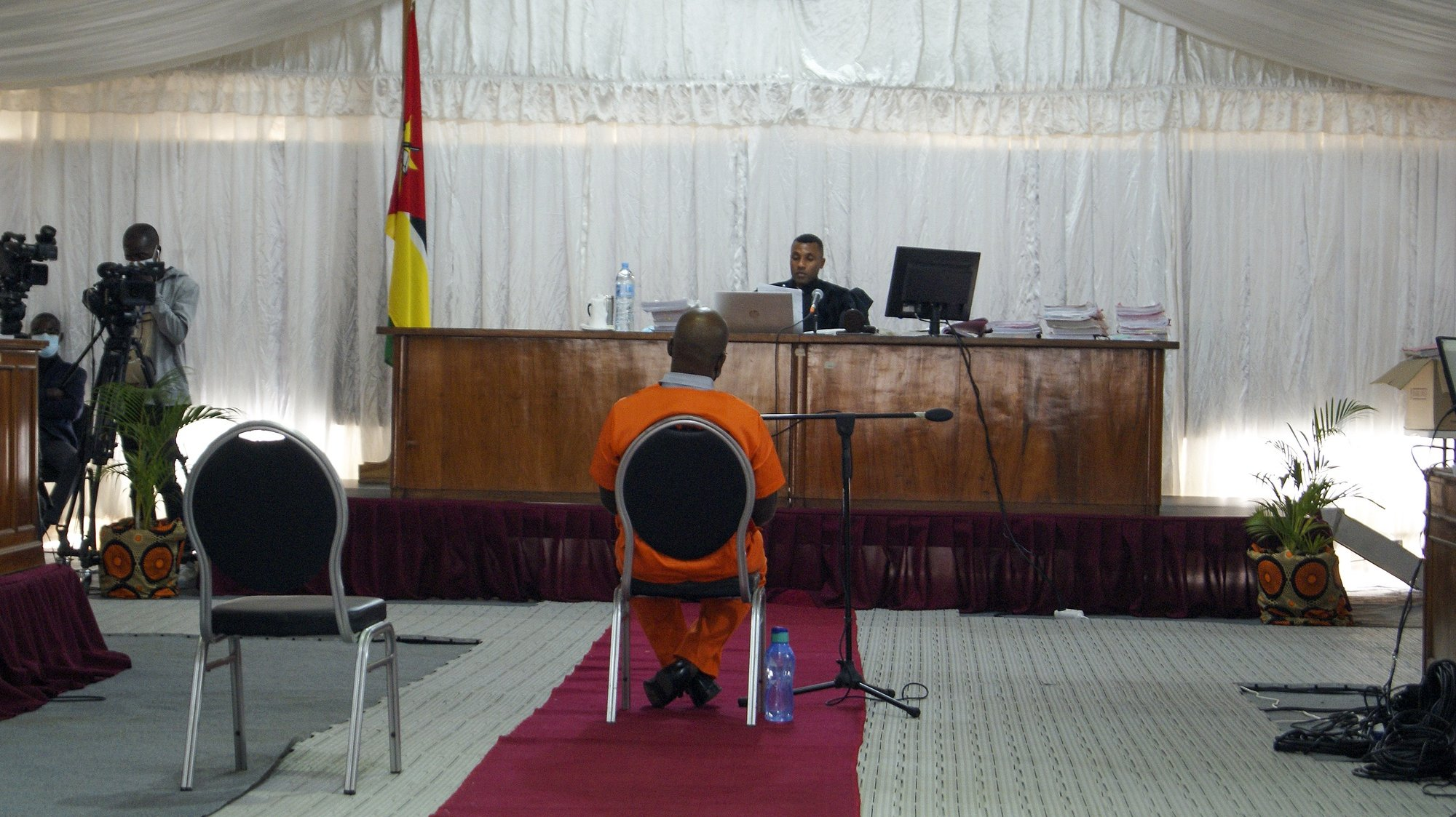 Cipriano Mutota, agente do Serviço de Informações e Segurança do Estado (SISE) de Moçambique e réu no caso das dívidas ocultas, durante o segundo dia do julgamento de 19 arguidos acusados de envolvimento no caso das 'dívidas ocultas', um esquema que envolveu altas figuras do Estado moçambicano, bancos internacionais e estaleiros navais,  Maputo, Moçambique, 24 de agosto de 2021.  (ACOMPANHA TEXTO) LUÍSA NHANTUMBO/LUSA