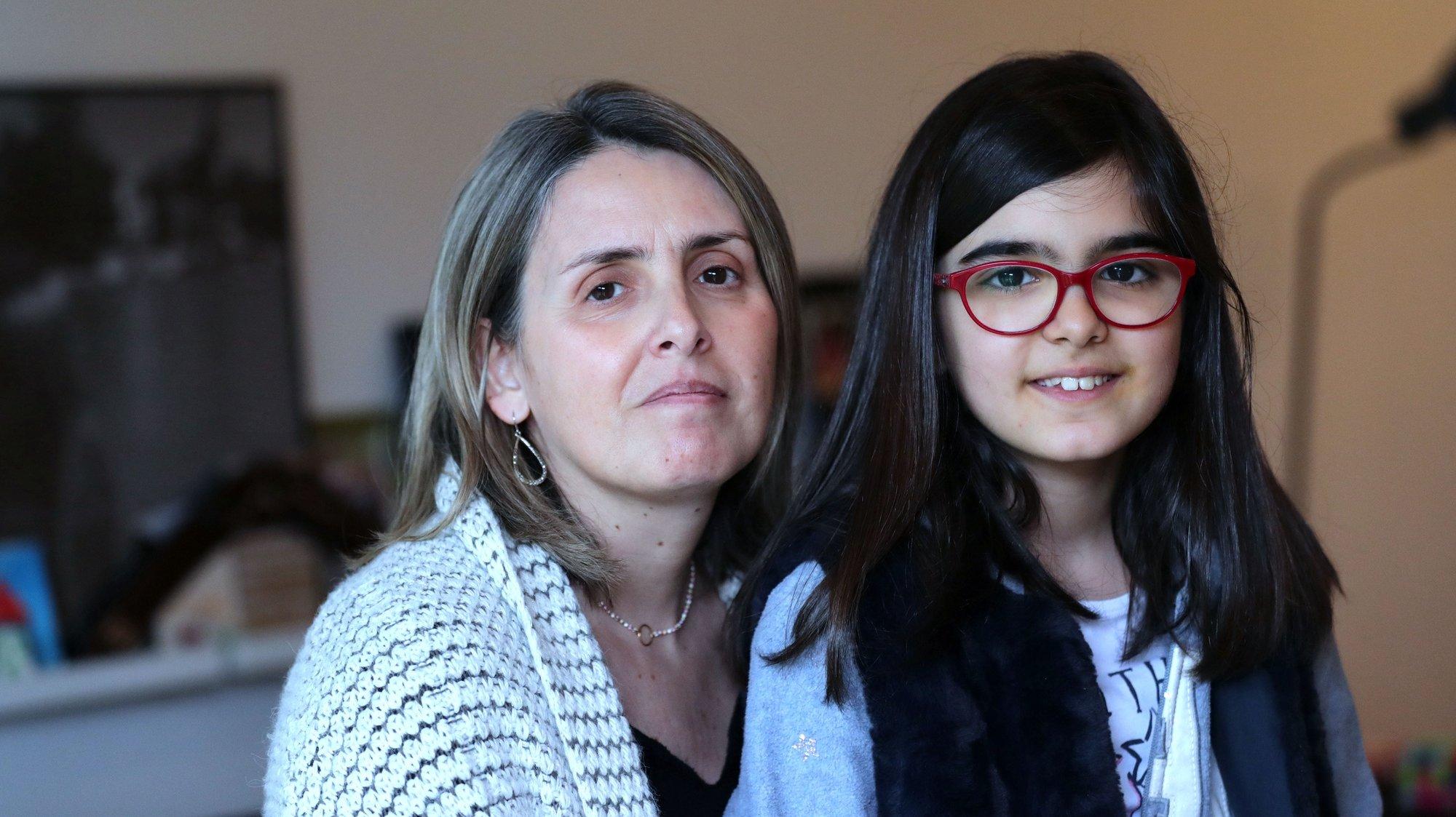 Joana Frias, 9 anos, com a mãe Luisa Melo (E), tem aulas tem aulas virtuais de piano e lê Mafalda com os pais para ajudar a passar o tempo de isolamento devido à pandemia de covid-19 que fez a Assembleia da República aprovar o prolongamento do estado de emergência nacional até ao final do dia 17 de abril, Vila Nova de Gaia, 31 de março 2020. O novo coronavírus, já infetou mais de um milhão de pessoas em todo o mundo, das quais morreram mais de 51 mil. (ACOMPANHA TEXTO DE 4 DE ABRIL DE 2020). ESTELA SILVA/LUSA