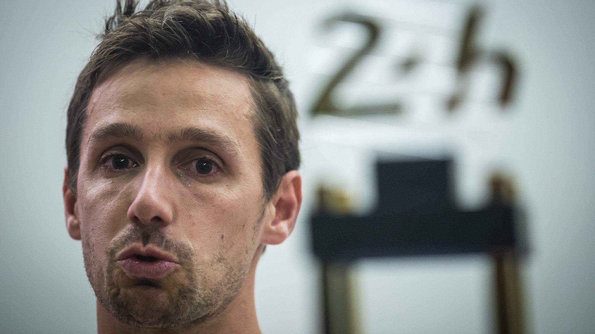 O piloto Filipe Albuquerque, que ontem venceu as 24 Horas de Le Mans em automobilismo, na classe LMP2, emociona-se a falar do seu pai que faleceu recentemente, durante uma conferência de imprensa no Aeroporto de Lisboa, 21 de setembro de 2020. JOSÉ SENA GOULÃO/LUSA