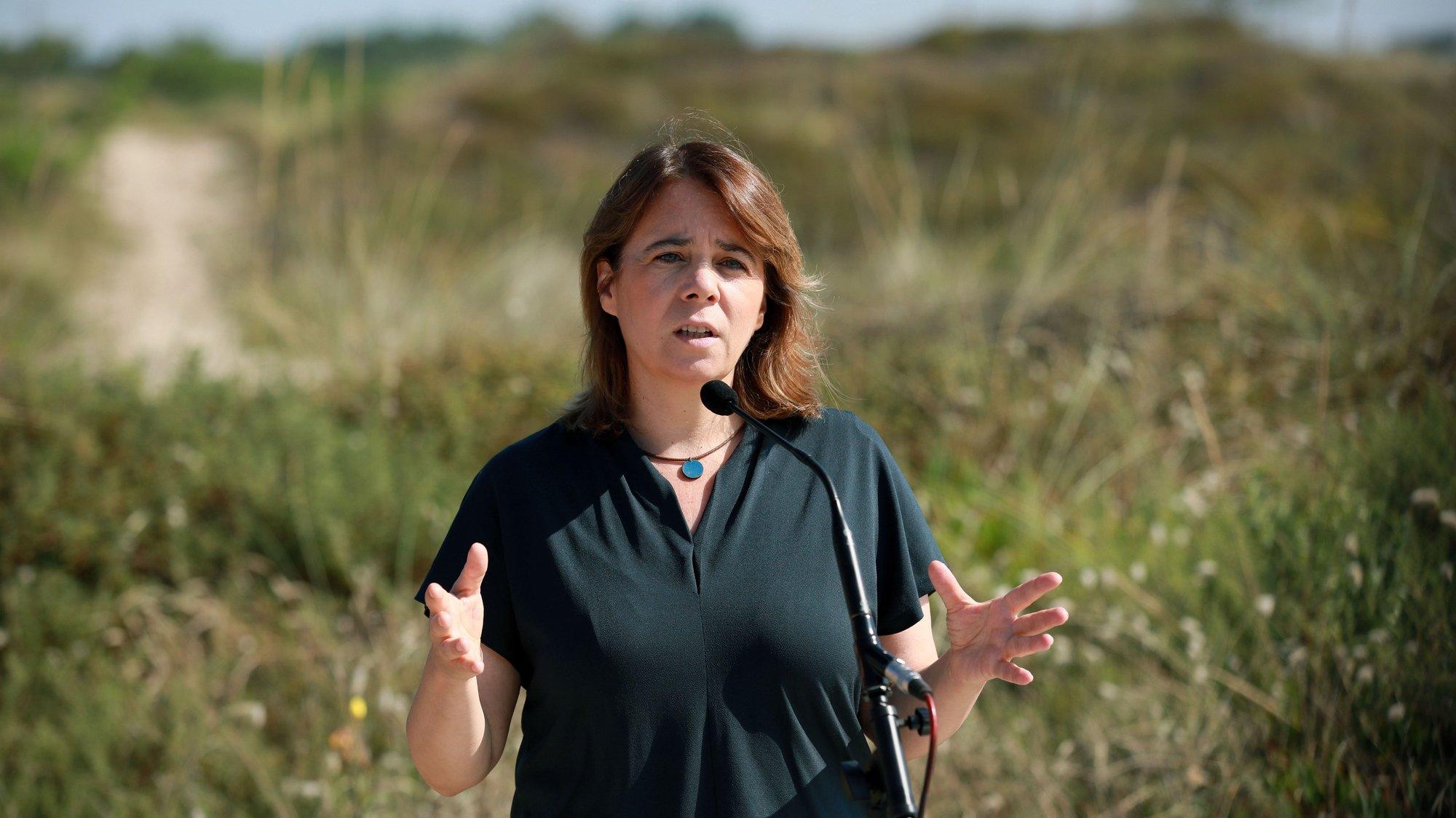 A coordenadora do Bloco de Esquerda (BE), Catarina Martins, presta declarações à comunicação social após visita ao local onde foram colocados sacos de areia para conter o avanço do mar mas que estão a causar problemas de resíduos no areal, com riscos para ambiente e biodiversidade, Póvoa de Varzim, 26 de julho de 2021. ESTELA SILVA/LUSA