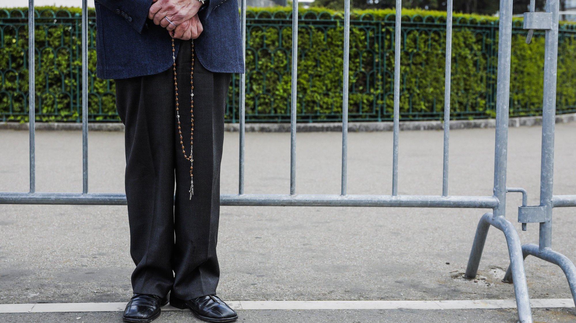 Um peregrino reza no Santuário de Fátima, no inicio da peregrinação internacional dos dias 12 e 13 de maio que vai ser celebrada com lotação limitada a 7500 pessoas, devido às restrições impostas pela pandemia e será presidida pelo cardeal português D. José Tolentino Mendonça, em Fátima, Santarém, 12 de maio de 2021. PAULO CUNHA /LUSA