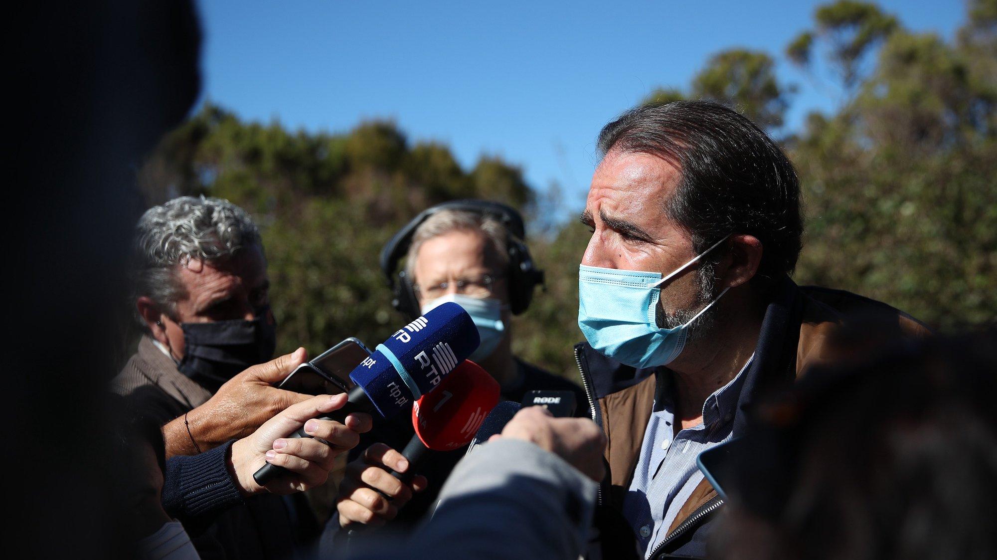 O Presidente do Governo Regional da Madeira, Miguel Albuquerque, fala aos jornalistas esta manhã durante uma visita à reabilitada Vereda da Palha Carga, no Rabaçal, no Porto Moniz, 18 de março de 2021. HOMEM DE GOUVEIA/LUSA