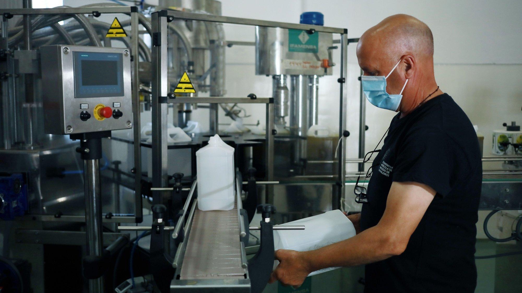 """Produção de azeite na Cooperativa Agrícola de Macedo de Cavaleiros. O azeite de Trás-os-Montes está a ter """"o melhor ano de sempre"""" com um aumento da procura que as organizações do setor atribuem às alterações dos hábitos dos consumidores resultantes dos confinamentos impostos pela pandemia covid-19, 15 de julho 2021. (ACOMPANHA TEXTO DO DIA 20 DE JULHO DE 2021) ESTELA SILVA/LUSA"""