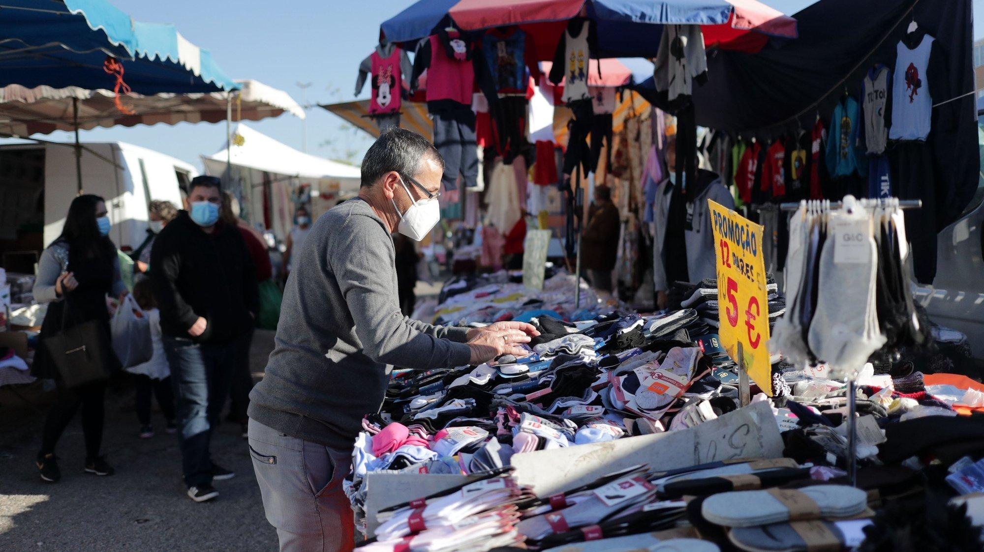 A feira semanal de Espinho reabriu hoje com a venda de todo o tipo de bens após o período de restrição imposto no âmbito das medidas de contenção da pandemia de covid-19, Espinho, 05 de abril de 2021. ESTELA SILVA/LUSA