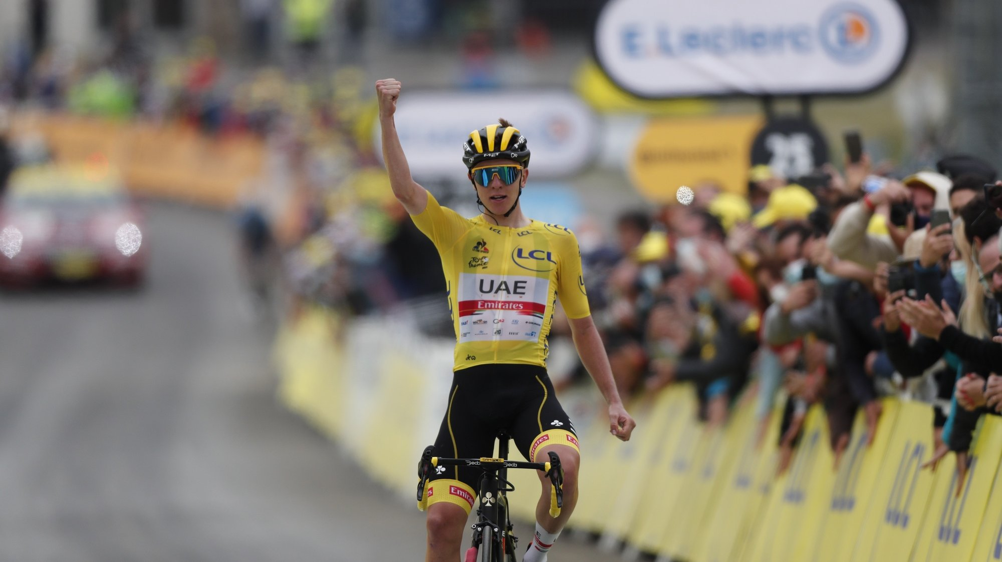 epa09346611 Yellow Jersey Slovenian rider Tadej Pogacar of the UAE-Team Emirates wins the 18th stage of the Tour de France 2021 over 129.7 km from Pau to Luz Ardiden, France, 15 July 2021.  EPA/GUILLAUME HORCAJUELO