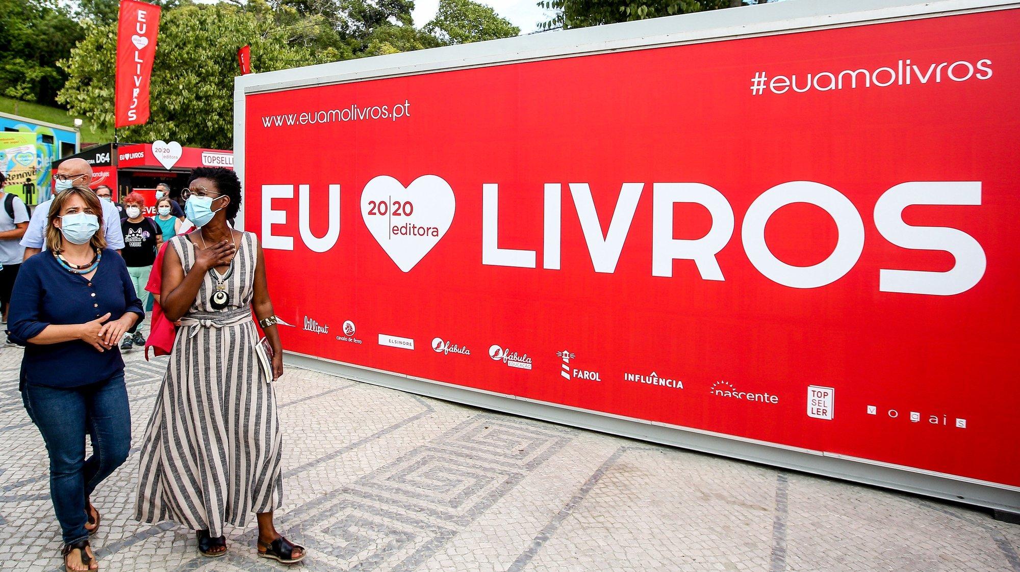A coordenadora do Bloco de Esquerda (BE), Catarina Martins (E), e a candidata à Câmara de Lisboa, Beatriz Gomes Dias (D), durante a visita à Feira do Livro em Lisboa, 31 de agosto de 2021. NUNO FOX/LUSA