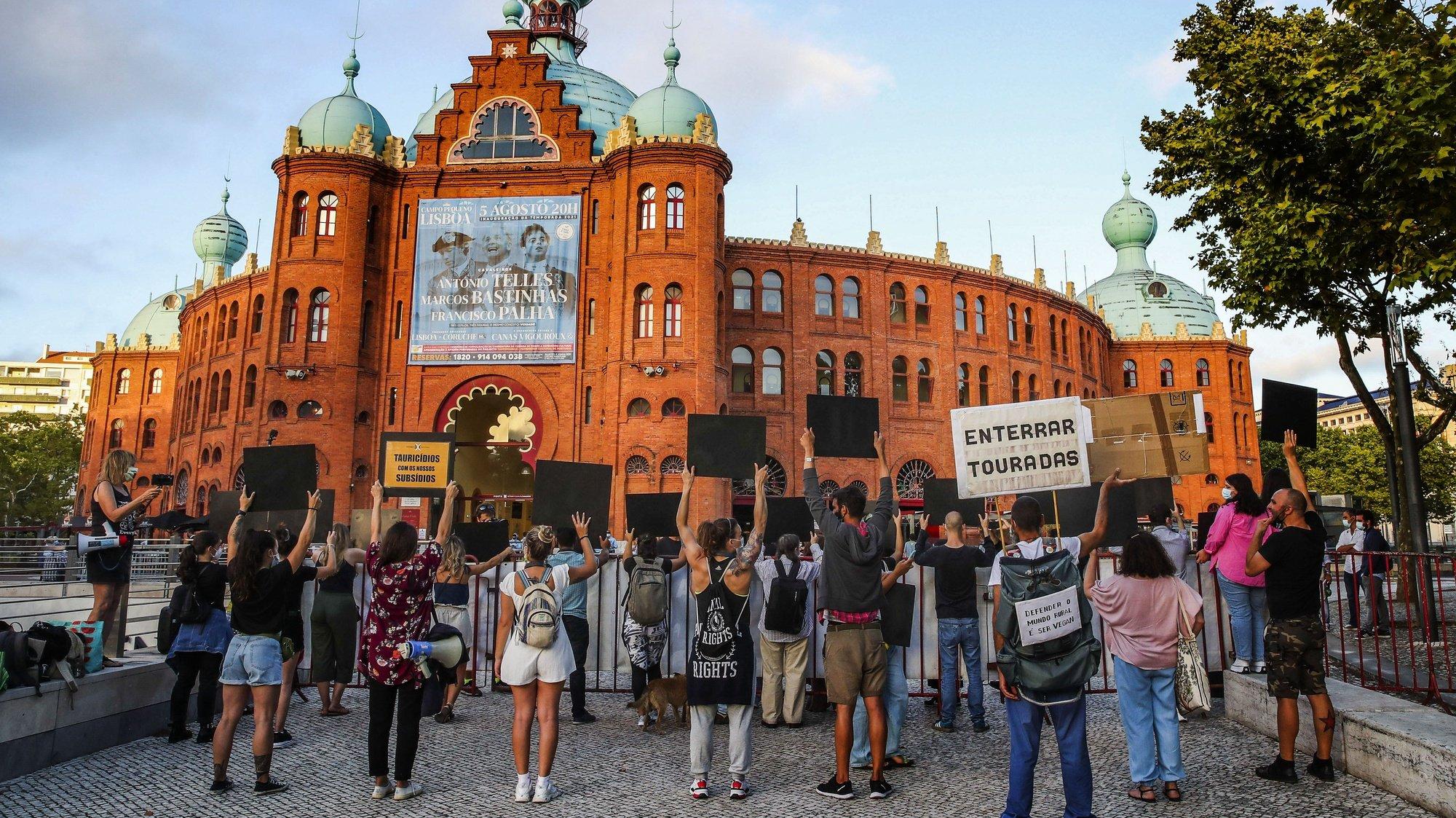 """Protesto """"Tourada em Portugal é vergonha nacional"""", uma iniciativa promovida pelo grupo Acção Directa, no dia em que se realiza a corrida de inauguração da temporada tauromáquica no Campo Pequeno, Lisboa, 05 de agosto de 2021. MANUEL DE ALMEIDA/LUSA"""