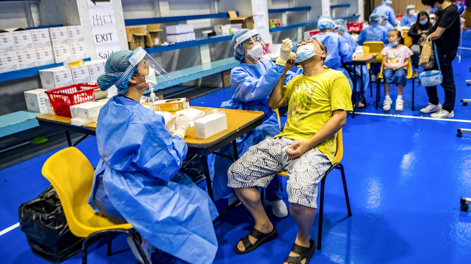 O aparecimento de novos casos e o risco de Macau registar pela primeira vez um surto comunitário, obrigou o Governo a avançar com os testes massivos a quase 670 mil pessoas que vivem em Macau, onde pouco mais de um terço da população ainda não se vacinou, apesar da vacina ser gratuita, de não faltarem vacinas e até escolha, Macau, China, 4 de agosto de 2021. Macau detetou 63 casos desde o início da pandemia, não registando qualquer morte. Nenhum profissional de saúde foi infetado ou identificado qualquer surto comunitário. TATIANA LAGES