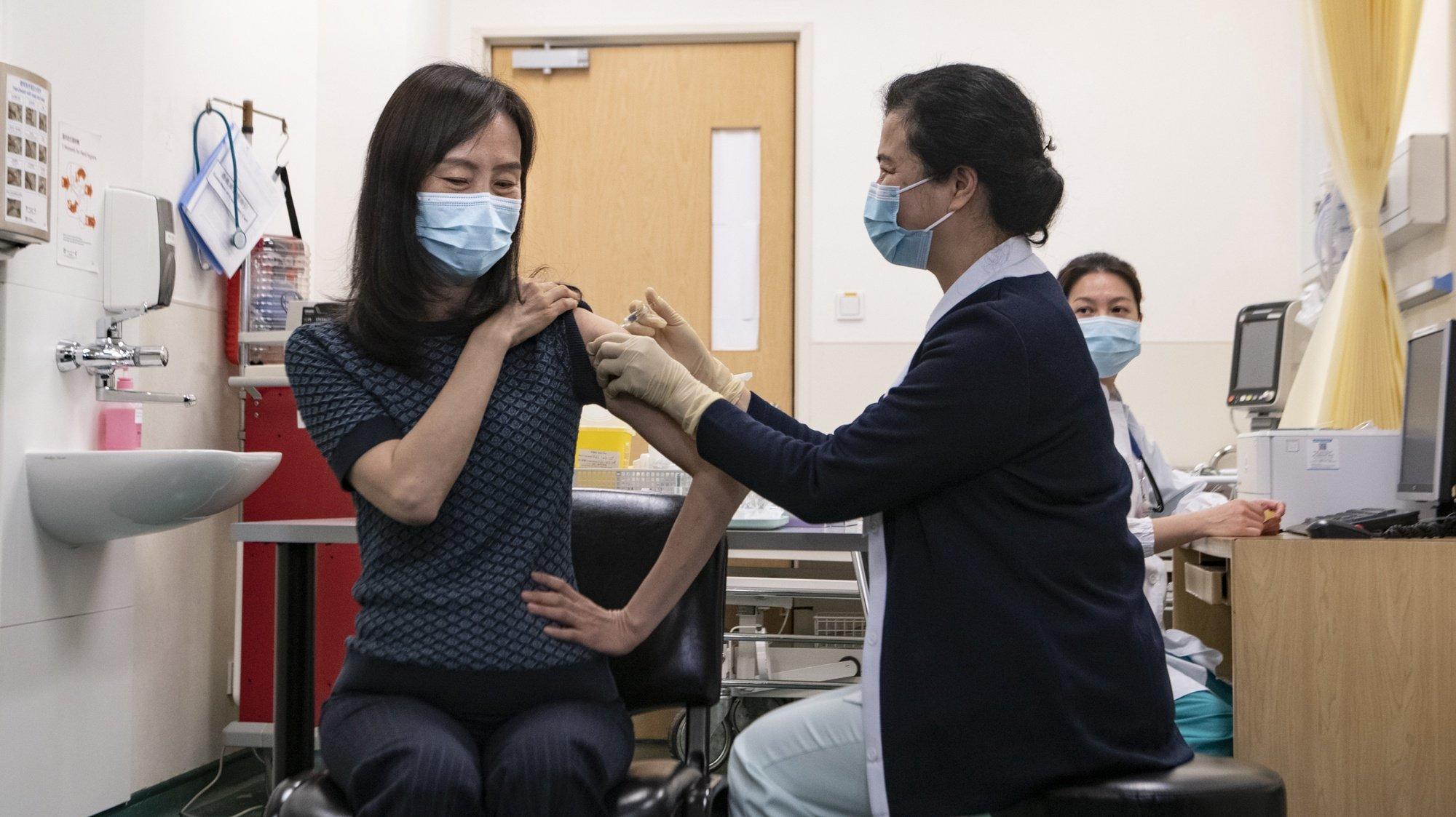 Macau iniciou hoje a vacinação contra a covid-19 com as principais figuras da administração a darem o exemplo numa mensagem clara: a vacina é segura e todos a devem tomar para criar uma barreira imunitária. Entre as mais 50 pessoas que tomaram a vacina nesta cerimónia pública encontrava-se Leong U, secretária para os Assuntos Sociais e Cultura, Macau 09 de fevereiro de 2021. TATIANA LAGES/LUSA