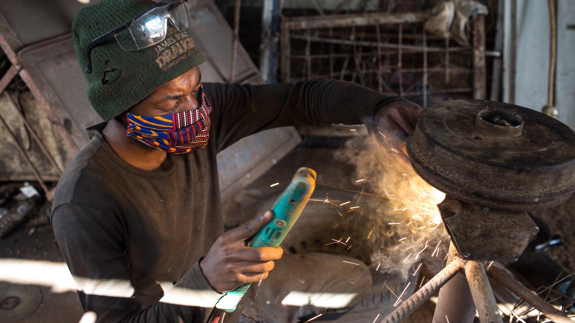 """As """"tchovas"""", grandes carros de mão para circular pelas ruas, são uma imagem de marca de Moçambique e um instrumento de trabalho muito usado para o desenvolvimento de pequenos negócios, na sua maioria informais, Maputo, Moçambique, 2 de julho de 2020. Um sinal do grande impacto da covid-19 na economia revela-se pela forma como a atividade abrandou numa serralharia de 'tchovas' em Maputo. (ACOMPANHA TEXTO DE 13 DE JULHO DE 2020). RICARDO FRANCO / LUSA"""