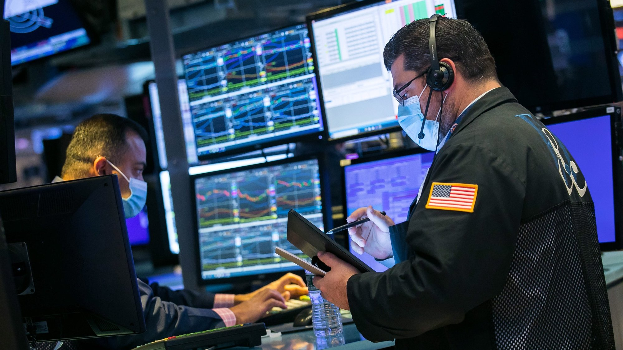 epa08798733 A handout photo made available by the New York Stock Exchange (NYSE), showing  traders working at the New York Stock Exchange (NYSE) on 04 November 2020, while the US presidential election awaits a final result. The 2020 Presidential Election result remains undetermined as votes continued to be counted in several key battleground states.  EPA/COURTNEY CROW HANDOUT  HANDOUT EDITORIAL USE ONLY/NO SALES