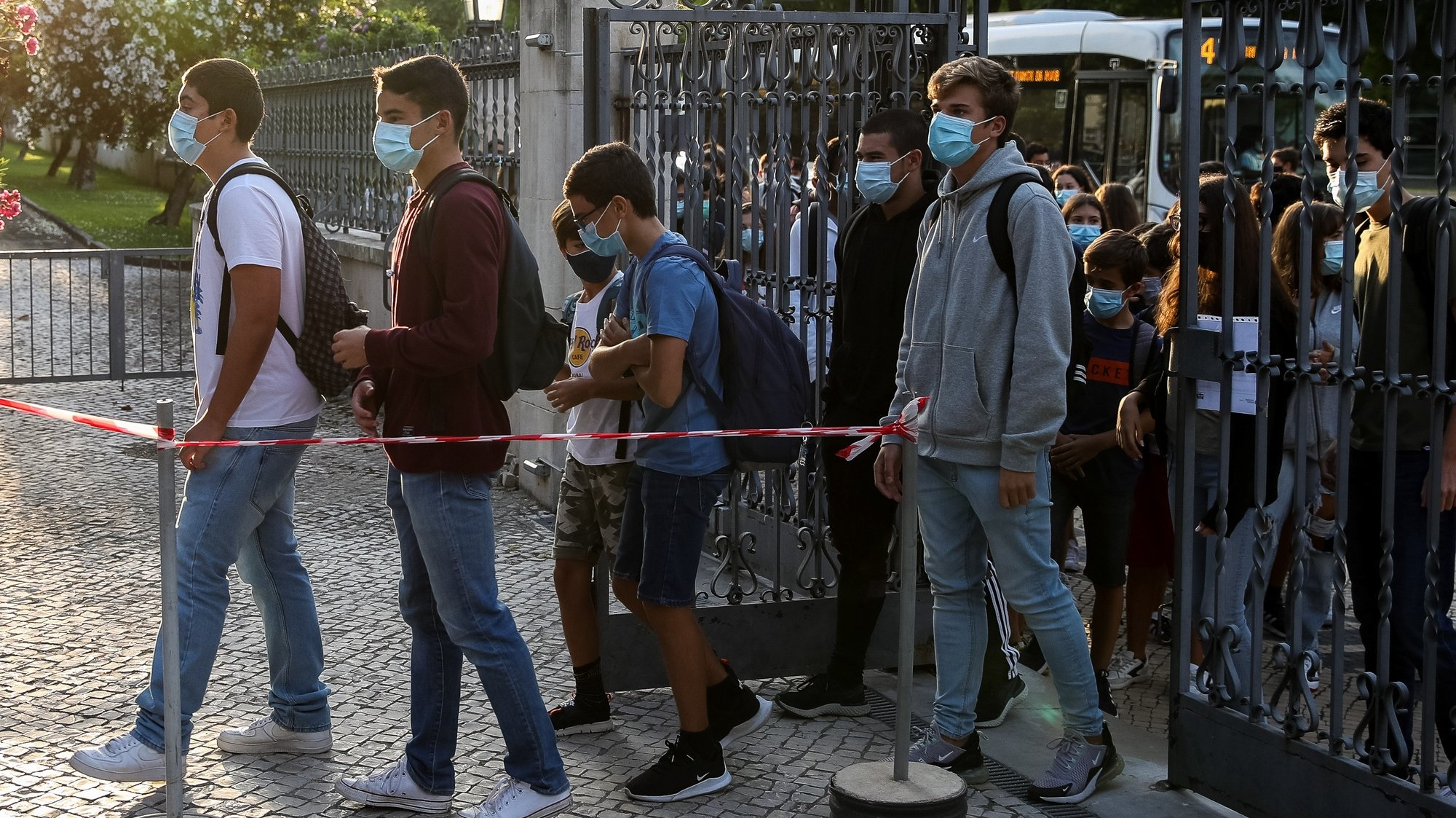 Alunos fazem fila à porta da Escola Secundária Infanta Dona Maria, no dia que assinala o regresso às aulas, com as regras no contexto de pandemia da Covid-19, em Coimbra, 17 de setembro de 2020. PAULO NOVAIS/LUSA