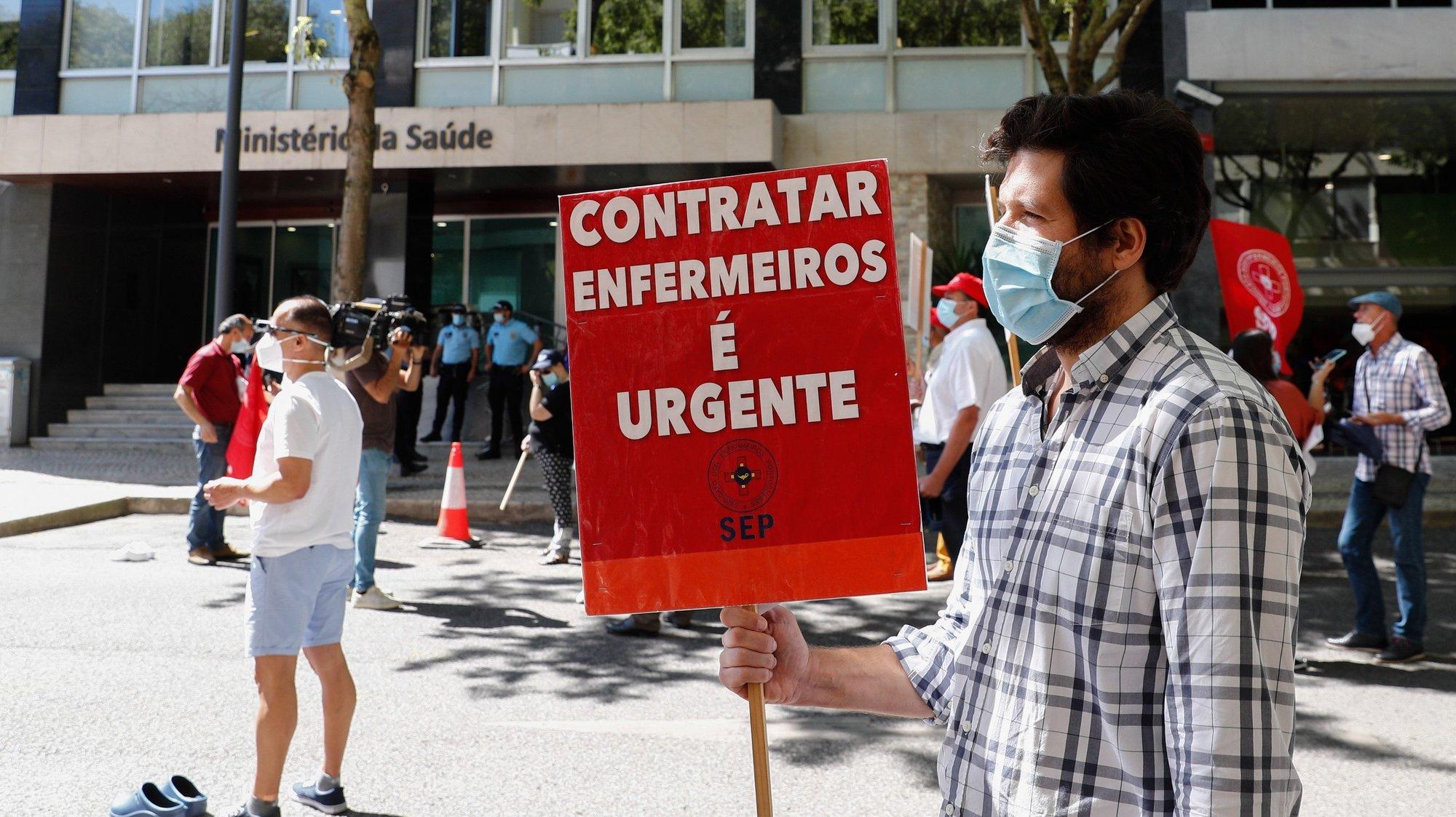 Enfermeiros protestam durante a jornada de ação e luta, organizada pela CGTP-IN, junto ao ministério da Saúde, em Lisboa 01 de julho  de 2021. ANTÓNIO COTRIM/LUSA