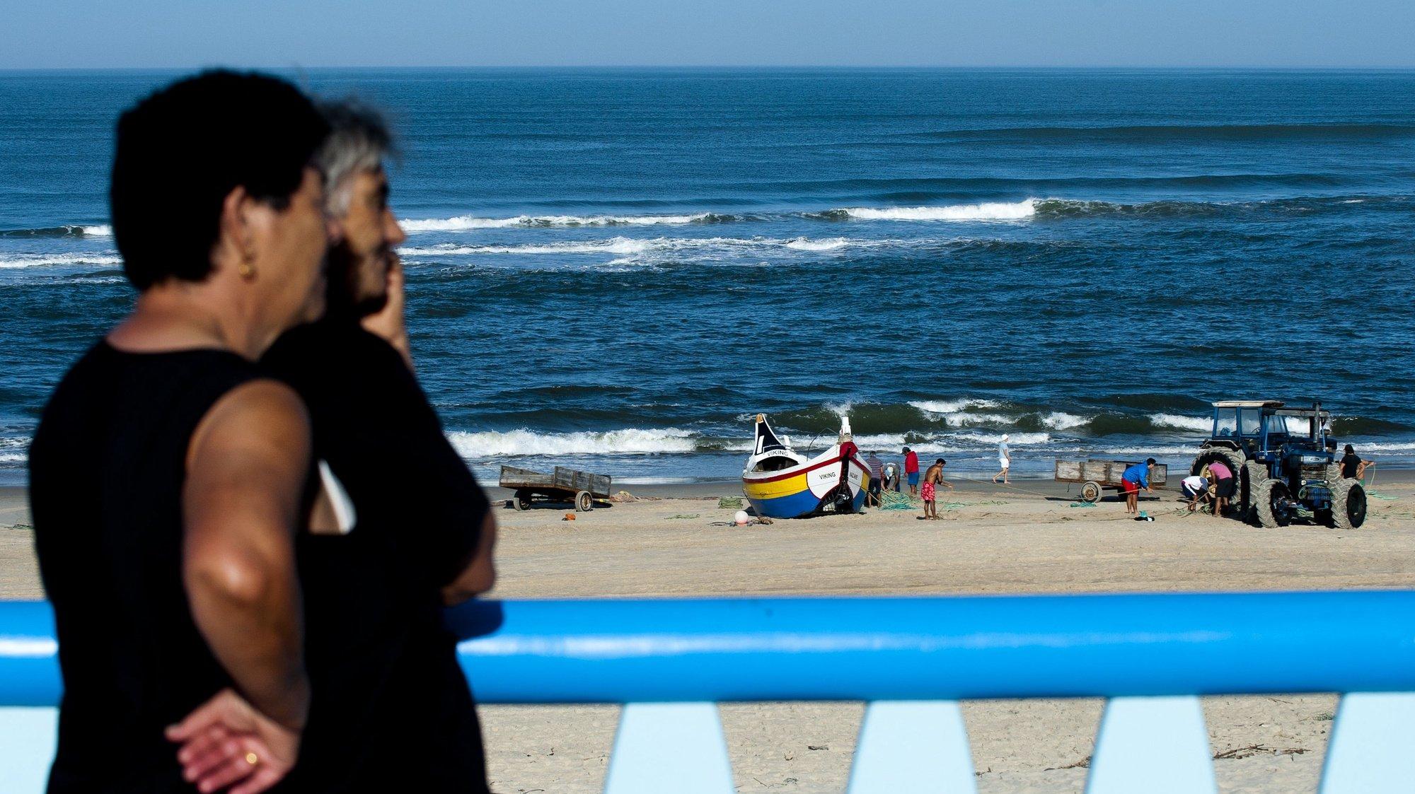 Naufrágio de cinco pescadores de arte xávega na praia da Vieira no concelho da Marinha Grande. Pescadores foram salvos e voltaram para recolher o material do barco, 25 de outubro de 2014. RICARDO GRAÇA/LUSA