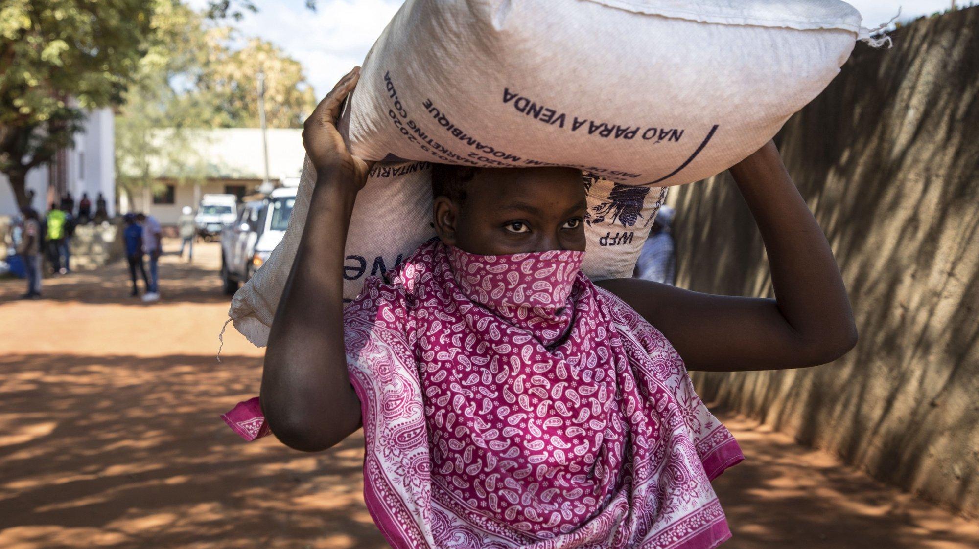 Uma mulher recebe o apoio alimentar de emergência do Programa Alimentar Mundial (PAM) a deslocados pela violência armada em Cabo Delgado, em Pemba, Mocambique, 24 de julho 2020. Há 250.000 pessoas afetadas e Pemba é o porto seguro de muitos, em casas de familiares e amigos que de repente passaram a acolher mais de dez, às vezes 20 ou trinta pessoas. (ACOMPANHA TEXTO DE 27 DE JULHO DE 2020). RICARDO FRANCO/LUSA