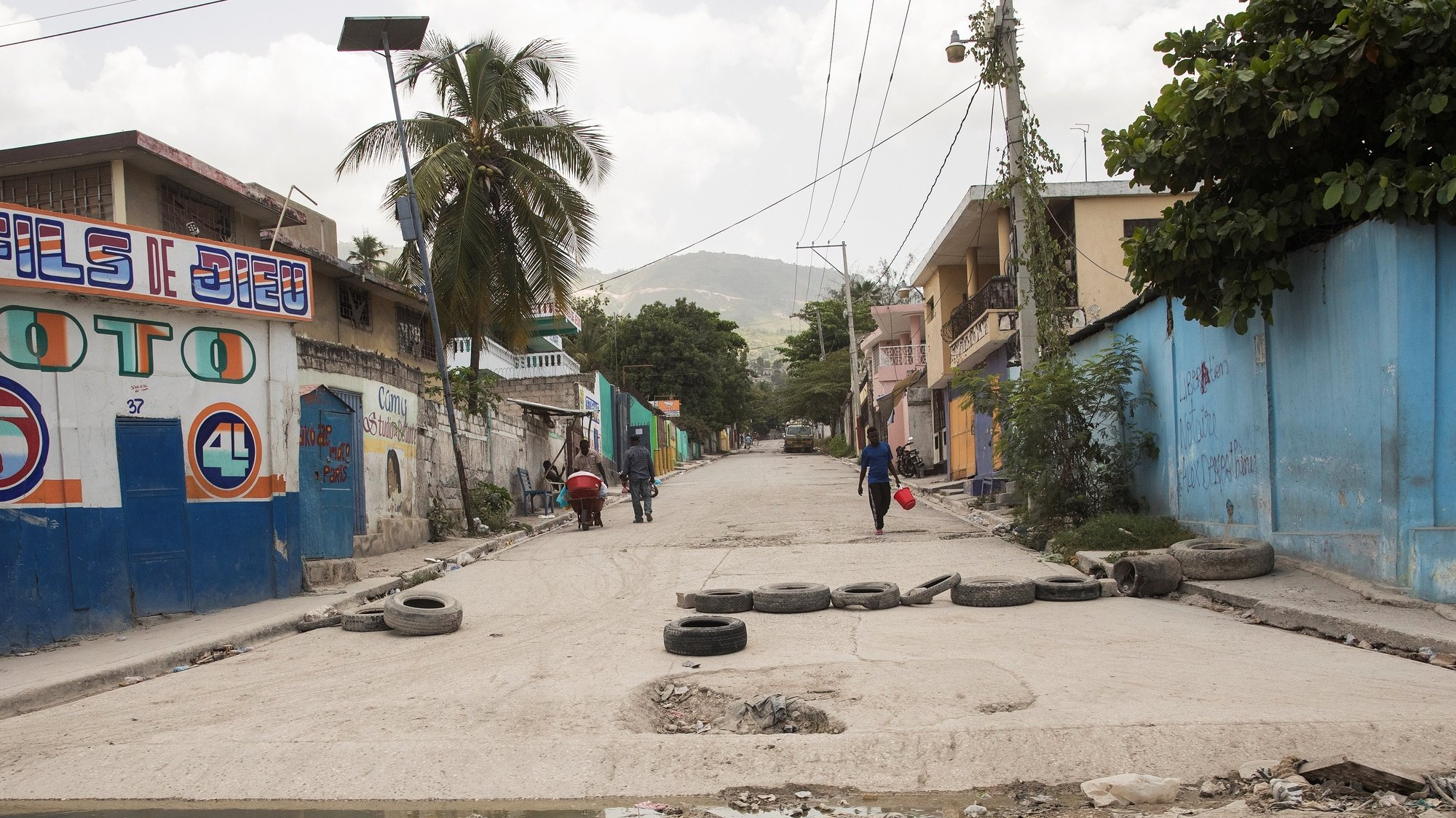 epa09428242 A street in the Martissant neighborhood, a neighborhood controlled by armed gangs, in Port-au-Prince, Haiti, 24 August 2021. The main armed gangs in Haiti affirmed two days ago that they have accepted a truce to allow the distribution of humanitarian aid to the thousands affected by the 7.2 magnitude earthquake of 14 August. Insecurity has been one of the main complications in getting aid to south-west Haiti, especially due to the presence of armed gangs in the Martissant neighborhood, a neighborhood that has to be passed by land to reach that area.  EPA/Orlando Barria