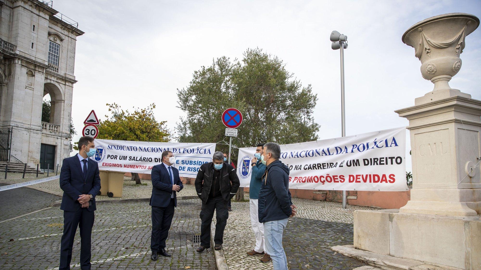 O presidente do Sindicato Nacional de Polícia (Sinapol), Armando Ferreira (2E), durante uma ação de protesto pela não resposta da tutela ao procedimento concursal de promoção ao posto hierárquico de agente principal, em frente da Direção Nacional da Polícia de Segurança Pública, em Lisboa, 11 de novembro de 2020. JOSÉ SENA GOULÃO/LUSA