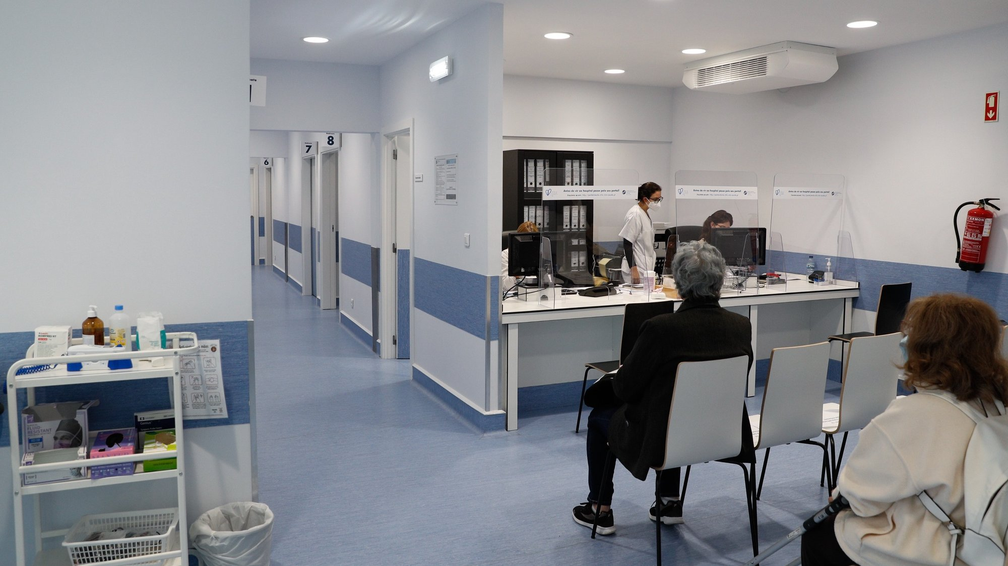 """Aspeto das obras de melhoramento que estão a ser realizadas no Hospital de São José, em Lisboa, 04 de novembro de 2020. As obras vão permitir aumentar as instalações da urgência em cerca de 30% e no início de 2020 haverá """"mais gabinetes médicos e todas as especialidades oferecidas nas urgências ficarão concentradas na mesma zona"""", incluindo as de otorrino e oftalmologia, que até agora estão noutro piso. (ACOMPANHA TEXTO DA LUSA DO DIA 09 DE NOVEMBRO DE 2020). ANTÓNIO COTRIM/LUSA"""