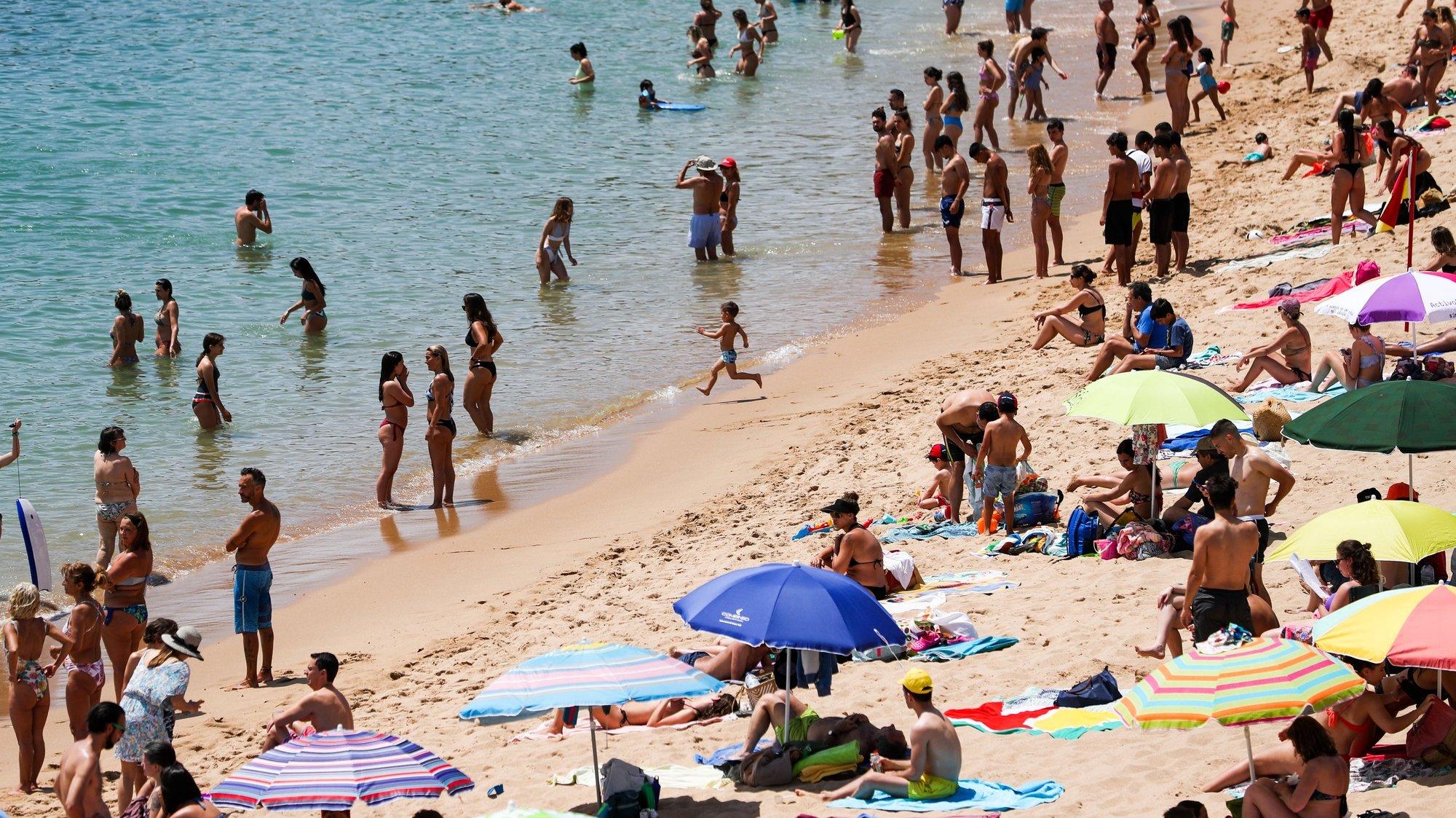 Populares frequentam a praia de São Pedro do Estoril, em Cascais, 10 de junho de 2021. Devido às altas temperaturas, a afluência foi muito alta nas praias da Linha do Estoril. JOSE SENA GOULAO/LUSA