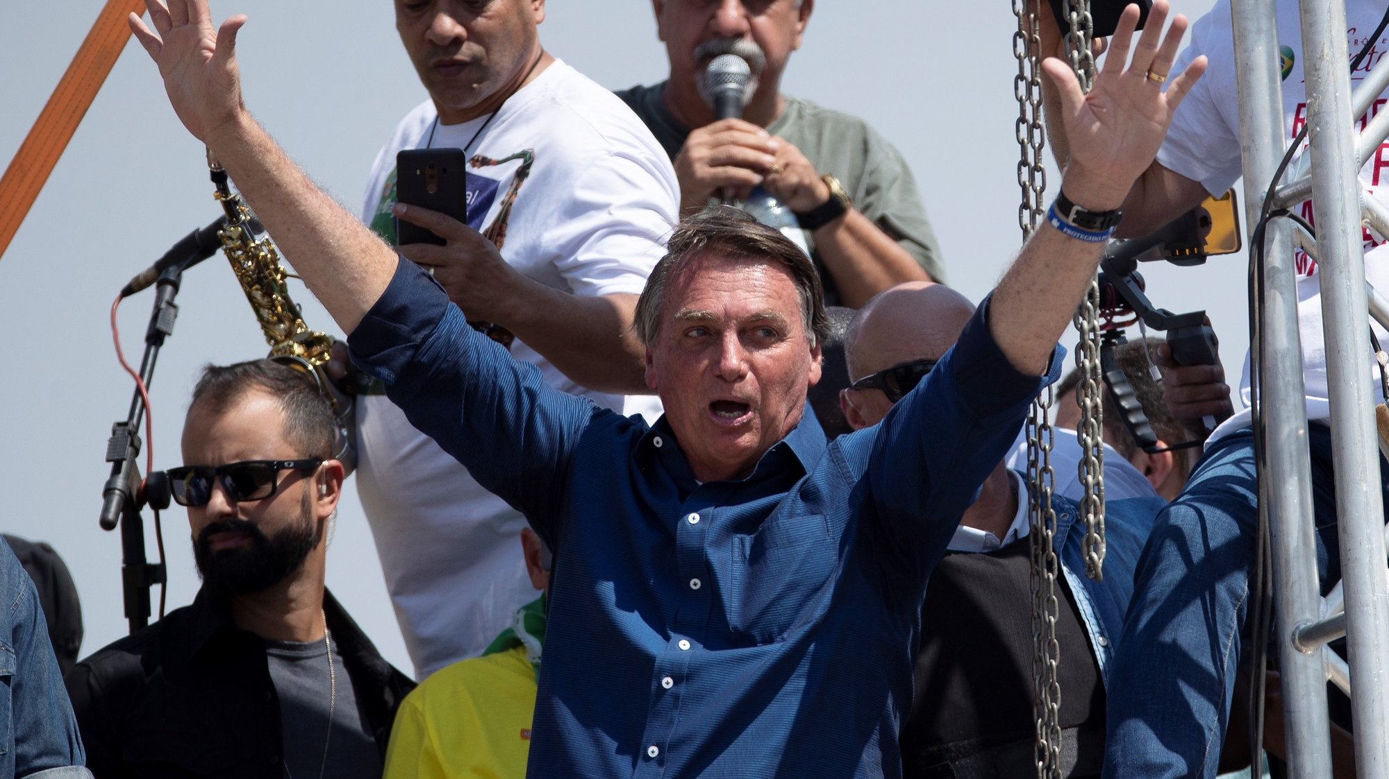 epa09453690 The President of Brazil Jair Bolsonaro greets his followers during an act of Government for the day of independence, in Brasilia, Brazil, 7 September 2021. In addition to the demonstrations called by the extreme right, opposition groups also take to the streets this 07 September, as Brazil celebrates the anniversary of its independence.  EPA/Joedson Alves