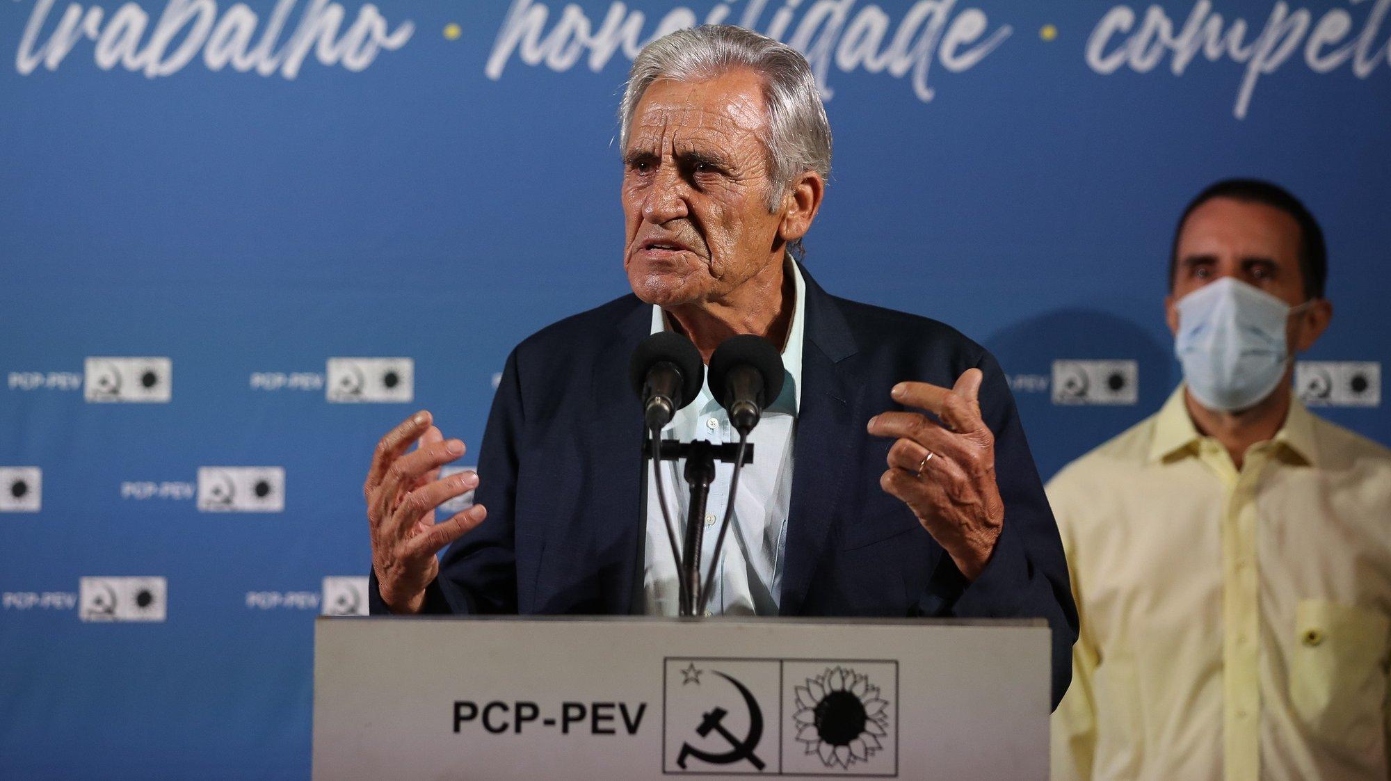 O secretário-geral do Partido Comunista Português (PCP), Jerónimo de Sousa, intervém durante a sessão de apresentação dos candidatos às Câmaras Municipais do distrito de Coimbra, nas eleições autárquicas, Praça 8 de Maio, Coimbra, 20 de agosto de 2021. PAULO NOVAIS/LUSA