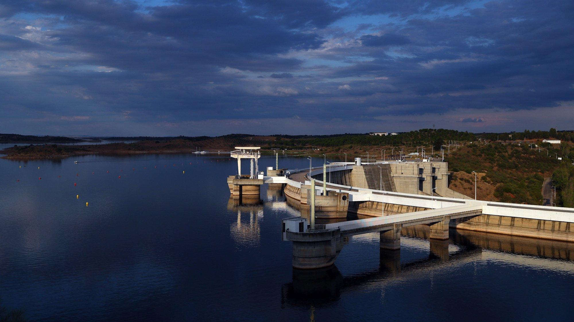 Imagem da barragem de Alqueva nas últimas horas de verão deste ano, Portel, 22 de setembro de 2021. O Outono começa oficialmente perto das 20.30 de hoje e há alerta de mau tempo para amanhã em quase todo o território nacional. NUNO VEIGA/LUSA