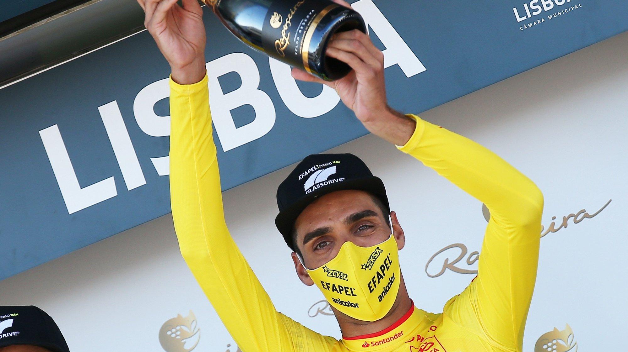 O ciclista da equipa Efapel, Rafael Reis, festeja no pódio a conquista da primeira camisola amarela de líder, após vencer o prólogo da 82ª Volta a Portugal em Bicicleta, com a distância de 5,4 km, em Lisboa, 04 de agosto de 2021. NUNO VEIGA/LUSA