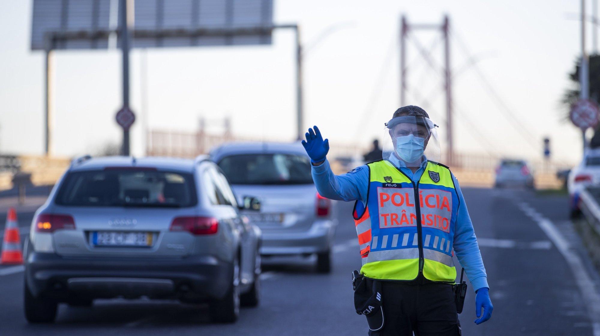 Um agente da Polícia de Segurança Pública (PSP) durante uma operação Stop no acesso à Ponte 25 de Abril, em Lisboa, 30 de outubro de 2020. A circulação entre concelhos do continente está proibida entre os dias 30 de outubro e 03 de novembro devido à pandemia de covid-19. JOSÉ SENA GOULÃO/LUSA