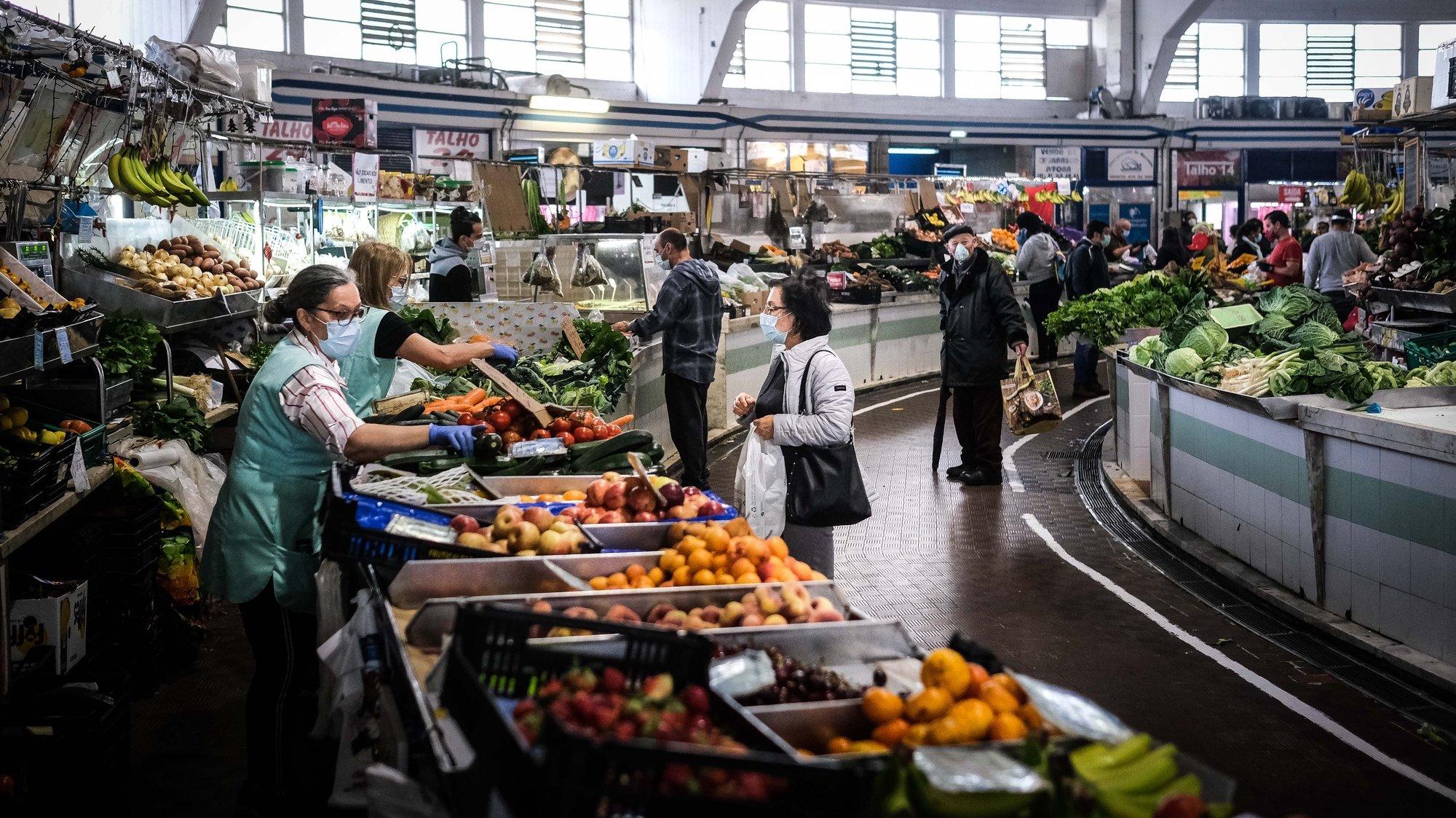 Pessoas fazem as suas compras no Mercado de Benfica no final da primeira semana de desconfinamento devido à pandemia da covid-19, em Lisboa, 9 de maio de 2020. Após 45 dias consecutivos em estado de emergência Portugal encontra-se em situação de calamidade. (ACOMPANHA TEXTO) MÁRIO CRUZ/LUSA