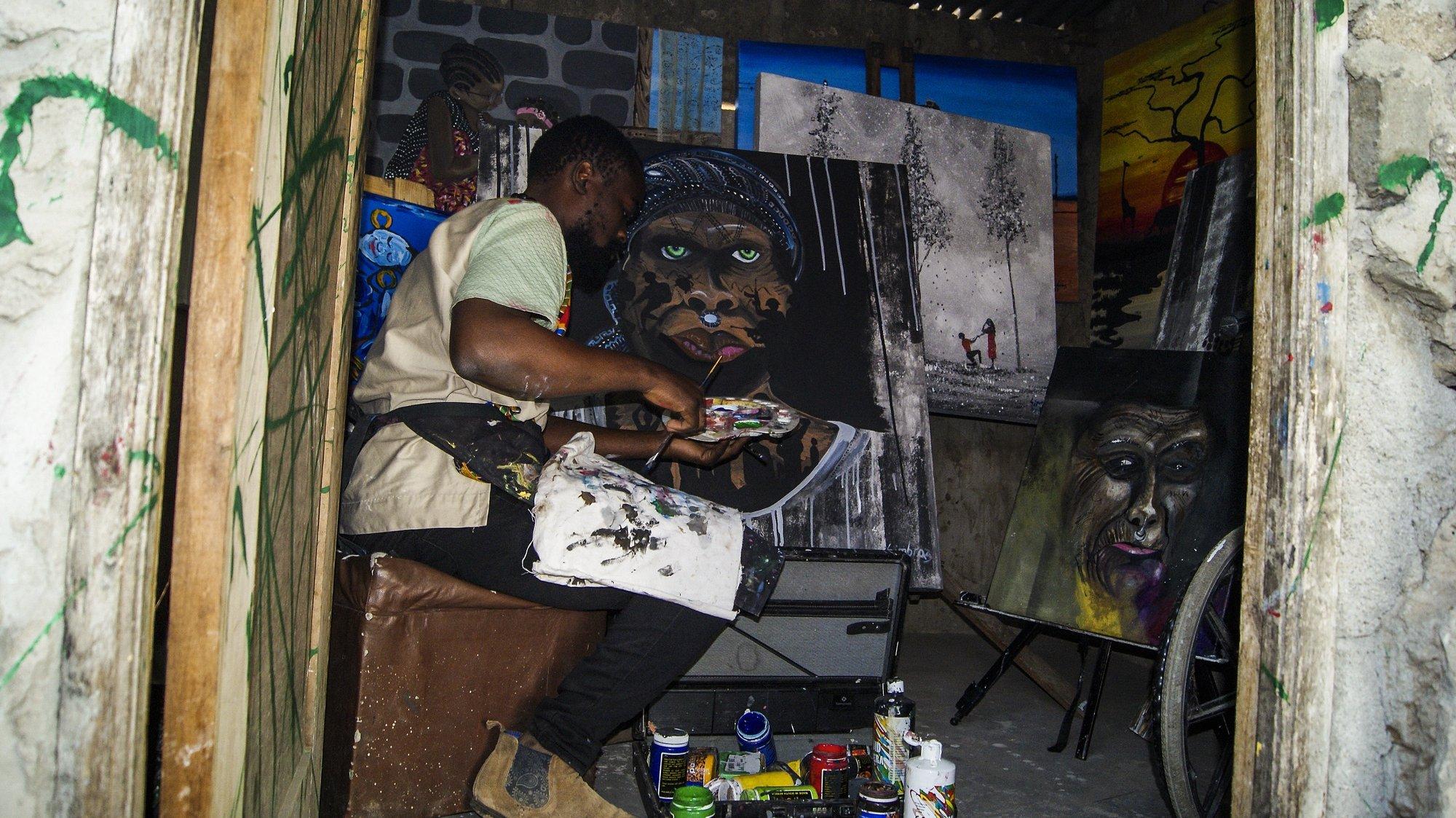 """O pintor Simbraz Roberto, 29 anos, percorre diariamente seis quilómetros até uma das principais avenidas da capital moçambicana para vender os seus quadros, uma estratégia que abraçou para """"reinventar-se"""" face à crise resultante das restrições impostas pela pandemia, Maputo, Moçambique, 21 de julho de 2021 (ACOMPANHA TEXTO DE 22 DE JULHO DE 2021). LUÍSA NHANTUMBO/LUSA"""