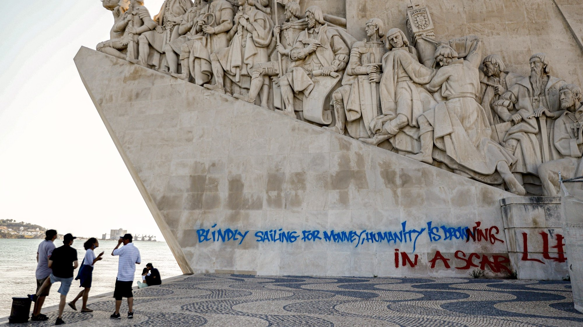 O Padrão dos Descobrimentos, em Belém, foi hoje vandalizado com um 'graffiti' numa das laterais do monumento, com uma extensão de cerca de 20 metros e escrito em inglês, Lisboa, 08 de agosto de  2021.  ANTÓNIO COTRIM/LUSA
