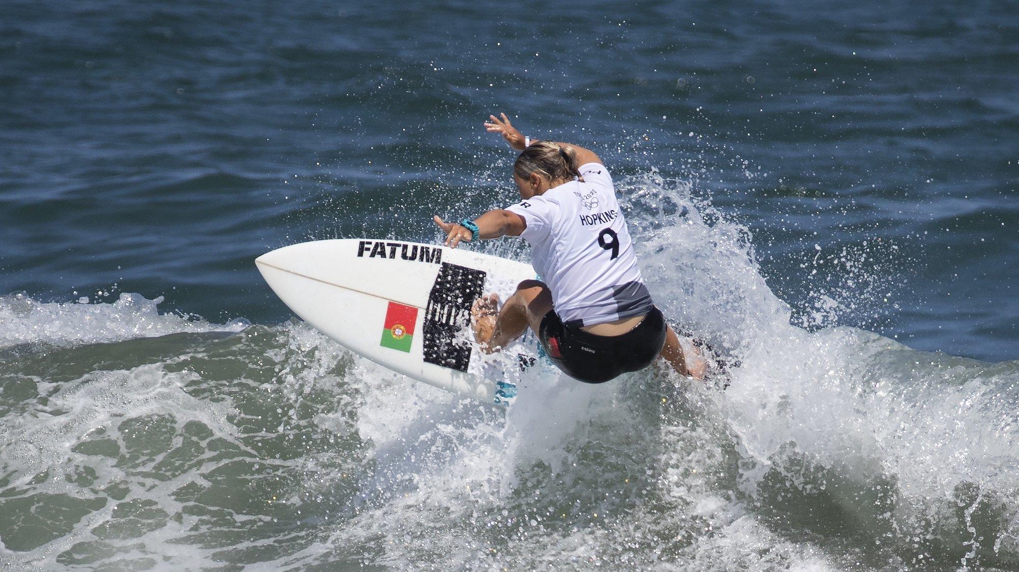 A portuguesa Yolanda Sequeira em ação na primeira ronda do surf olímpico de Tóquio2020, na praia de Tsurigasaki, em Chiba, a cerca de 100 quilómetros de Tóquio, Japão, 25 de julho de 2021.  Yolanda Sequeira foi hoje relegada para a repescagem na prova de surf feminino dos Jogos Olímpicos Tóquio202JOSÉ COELHO/LUSA