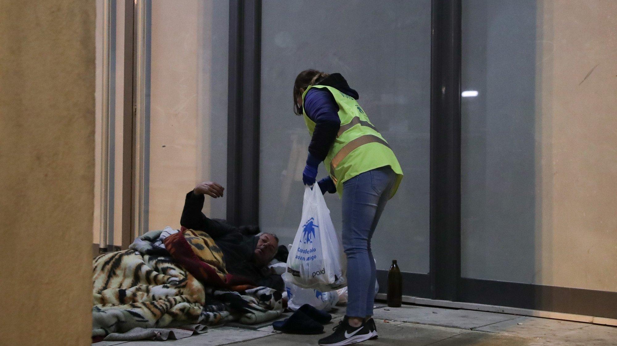Uma voluntária da associação CASA (Centro de apoio aos sem-abrigo) durante uma ronda de distribuíção de refeições pela cidade de Lisboa, 28 de março de 2020. ACOMPANHA TEXTO DO DIA 28 DE MARÇO DE 2020. TIAGO PETINGA/LUSA