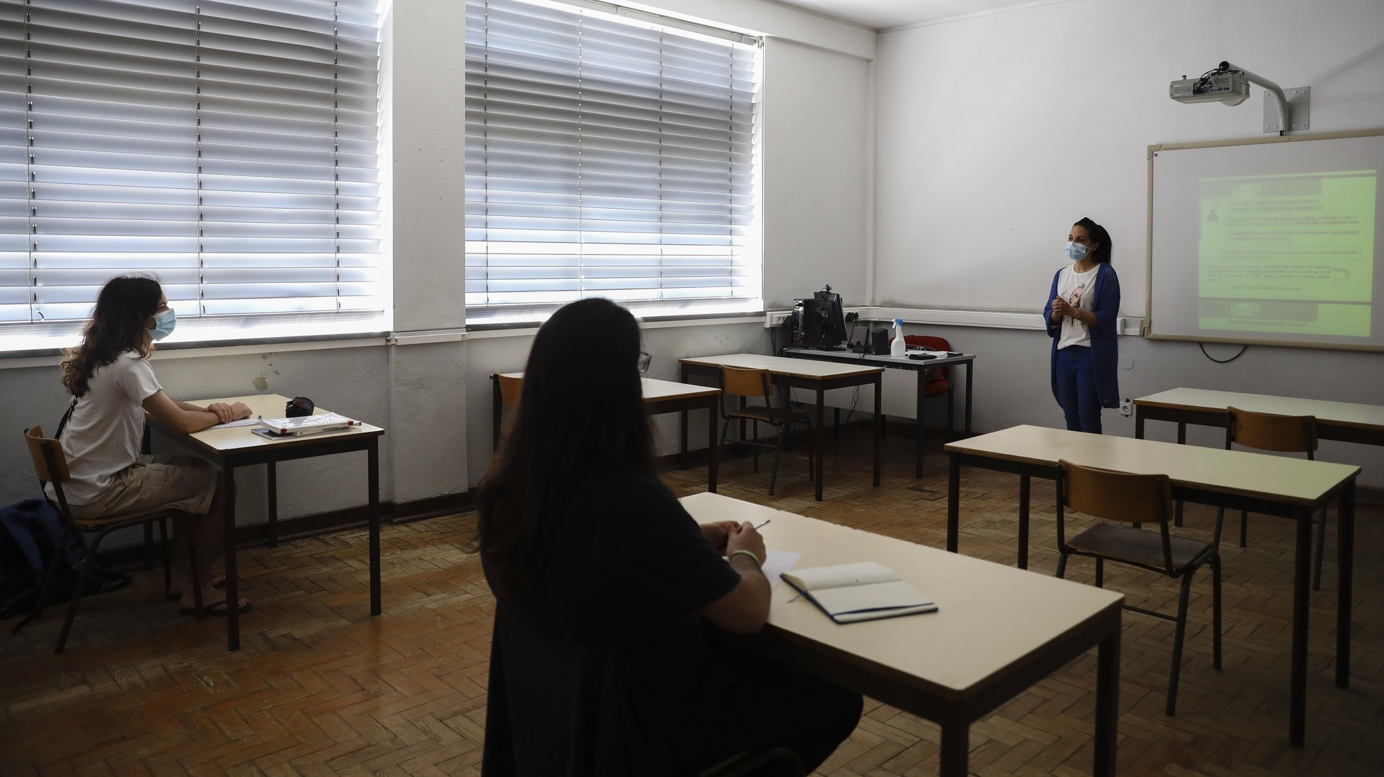 Uma aula na escola Secundária Dr. Serafim Leite, durante uma reportagem no âmbito do ranking das escolas, em São João da Madeira, 22 de junho de 2020. O 'ranking' da Lusa, feito com base em dados disponibilizados pelo Ministério da Educação, tem em conta apenas as escolas onde foram feitos pelo menos 100 exames, analisando por isso as classificações de mais de 221 mil exames de 514 estabelecimentos de ensino públicos e privados. (ACOMPANHA TEXTO DA LUSA DO DIA 27 DE JUNHO DE 2020). JOSÉ COELHO/LUSA