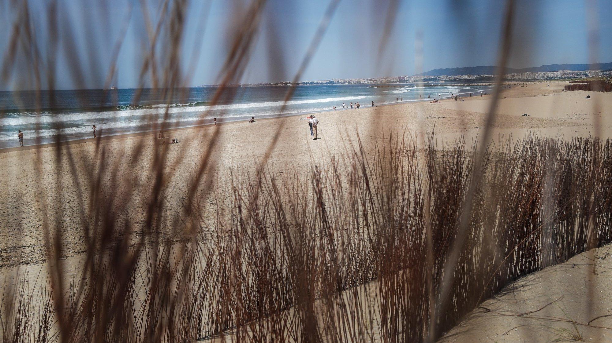 Pessoas na praia do Inatel, na Costa de Caparica, no dia que entrou em vigor o Estado de Calamidade devido à situação epidemiológica da covid-19, em Almada, 3 de maio de 2020. Com o aumento da temperatura e o fim do estado de emergência a praia foi o destino procurado por alguns portugueses. MÁRIO CRUZ/LUSA