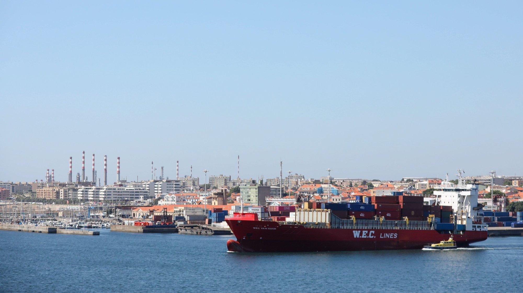 Vista de um barco a sair do Terminal de Contentores do Porto de Leixões, Matosinhos, 18 de junho de 2020. JOSÉ COELHO/LUSA