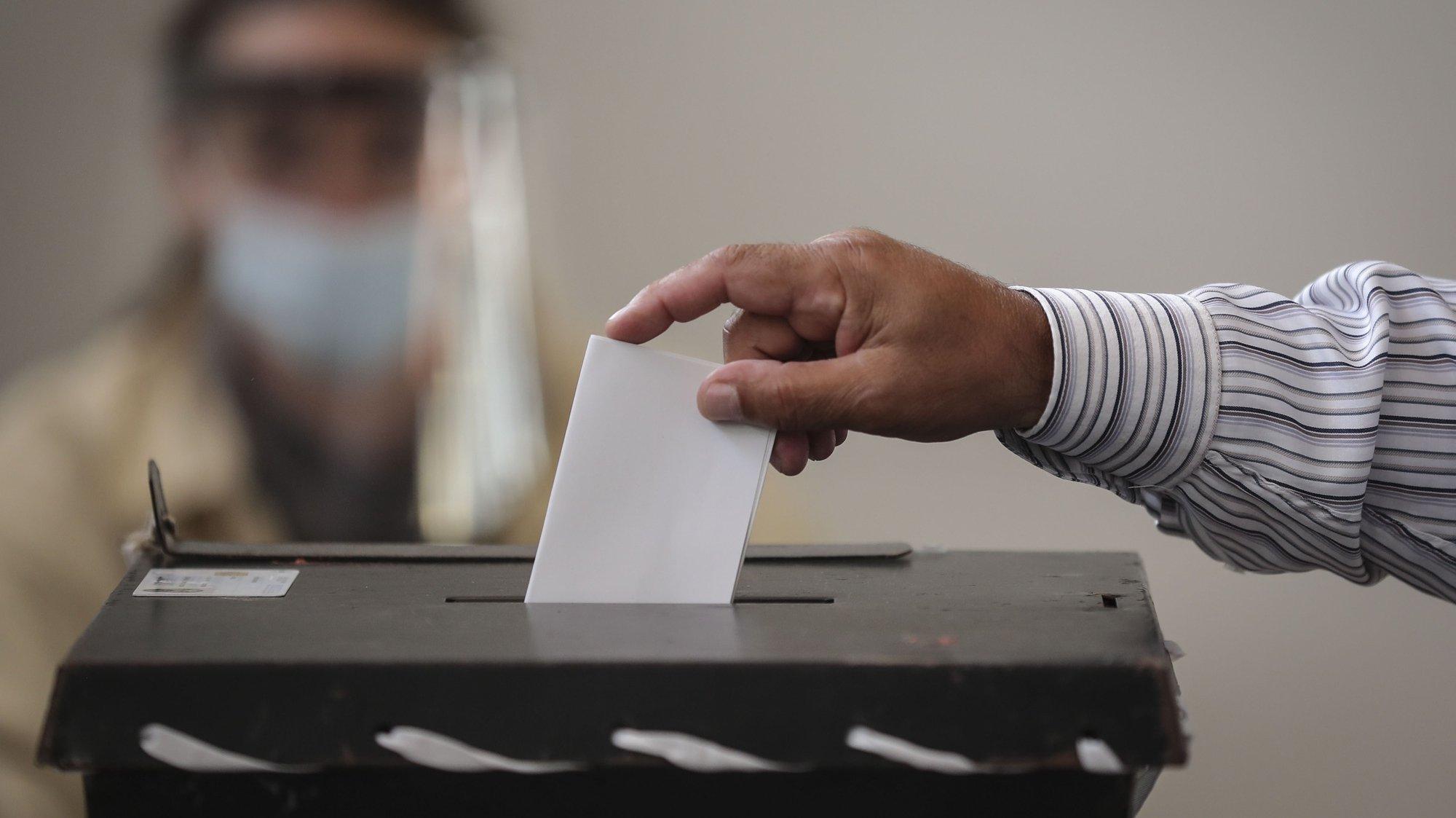 Um açoriano exerce o seu direito de voto durante as eleições legislativas da Região Autónoma dos Açores, em Ponta Delgada, Ilha de São Miguel, Açores, 25 de outubro de 2016. As eleições legislativas regionais dos Açores realizam-se hoje, com  228.999 eleitores inscritos. No total, 13 forças políticas concorrem aos 57 lugares da Assembleia Legislativa Regional. ANDRÉ KOSTERS/LUSA