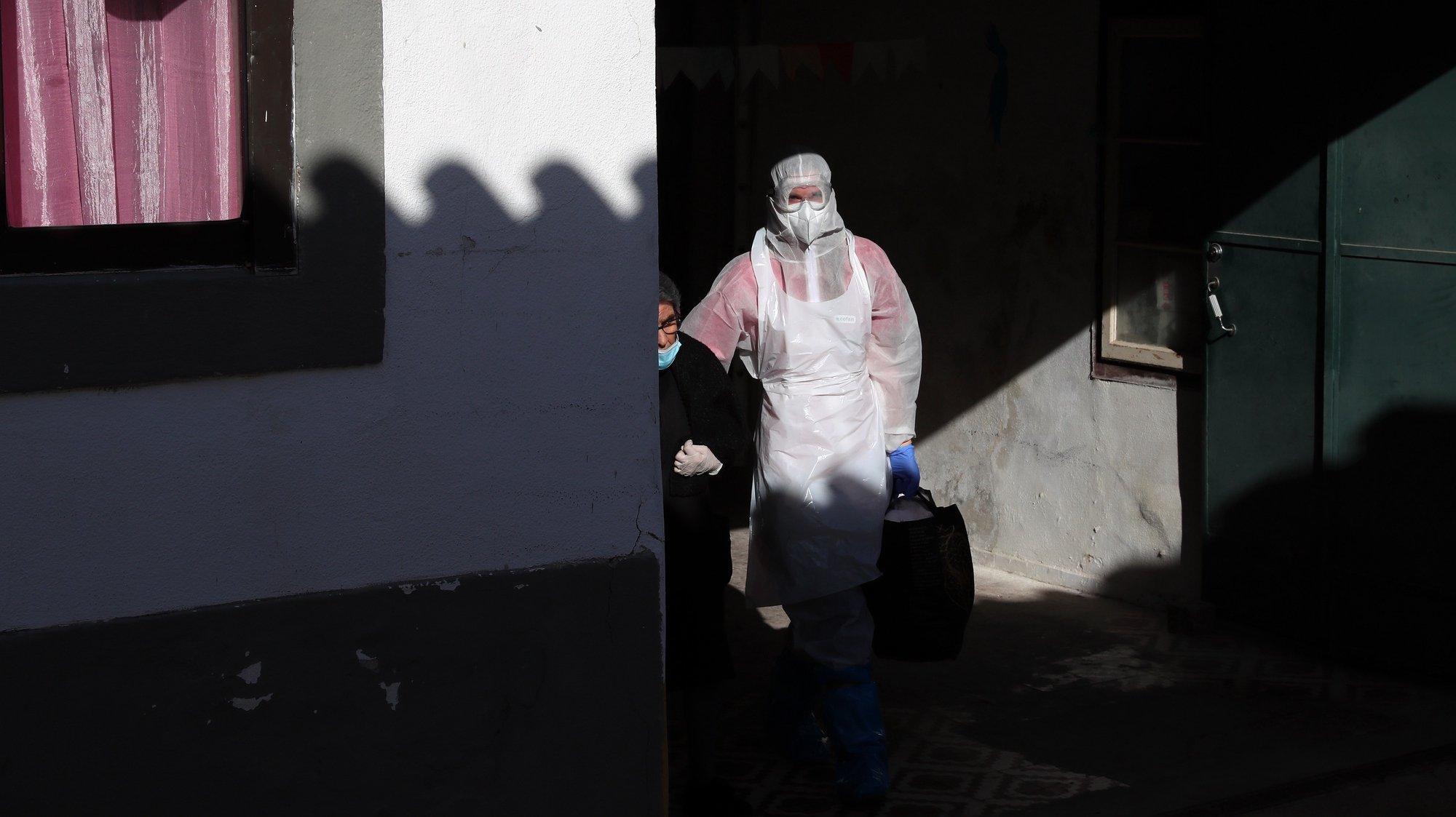 Operação de transferência de utentes do lar Mansão de São José, a maioria infetados com o novo coronavírus, para um edifício preparado para esta situação, na Base Aérea 11 (BA11), em Beja, 17 de outubro de 2020. O surto de covid-19 no lar Mansão de São José foi confirmado na quarta-feira, depois de utentes e funcionários terem sido testados à presença do SARS-CoV-2 na sequência da confirmação de dois casos positivos, uma utente e uma funcionária. NUNO VEIGA/LUSA