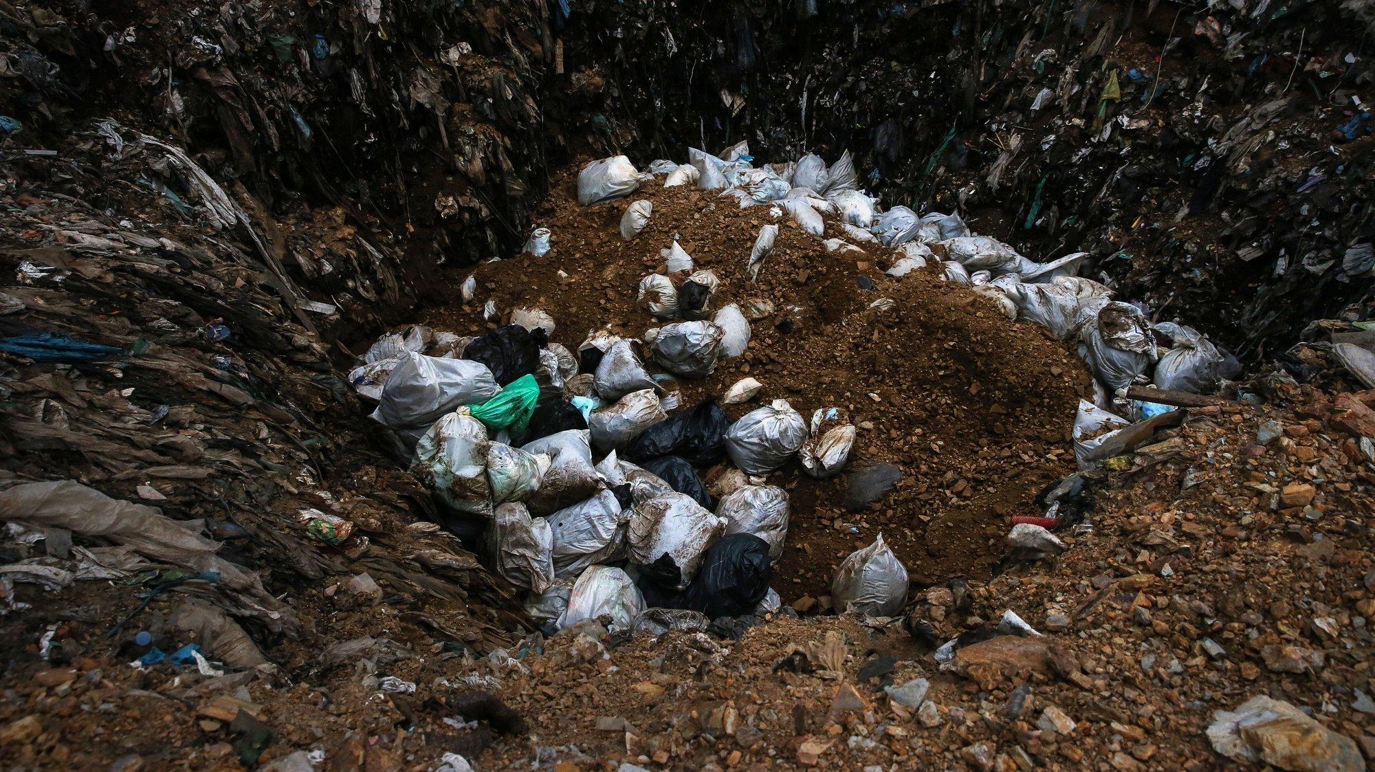 Equipas de Recolha de Resíduos Sólidos Urbanos (RSU) estão a fazer um circuito especial para a recolha do lixo contaminado na região do planalto beirão, 24 de Abril.  Os resíduos sólidos urbanos provenientes de edifícios com pessoas infetadas pela covid-19, nos 19 concelhos que compõem a Associação de Municípios da Região do Planalto Beirão têm um circuito próprio e um aterro diferente, Viseu.   (ACOMPANHA TEXTO DO DIA 25 ABRIL 2020). NUNO ANDRE FERREIRA/LUSA